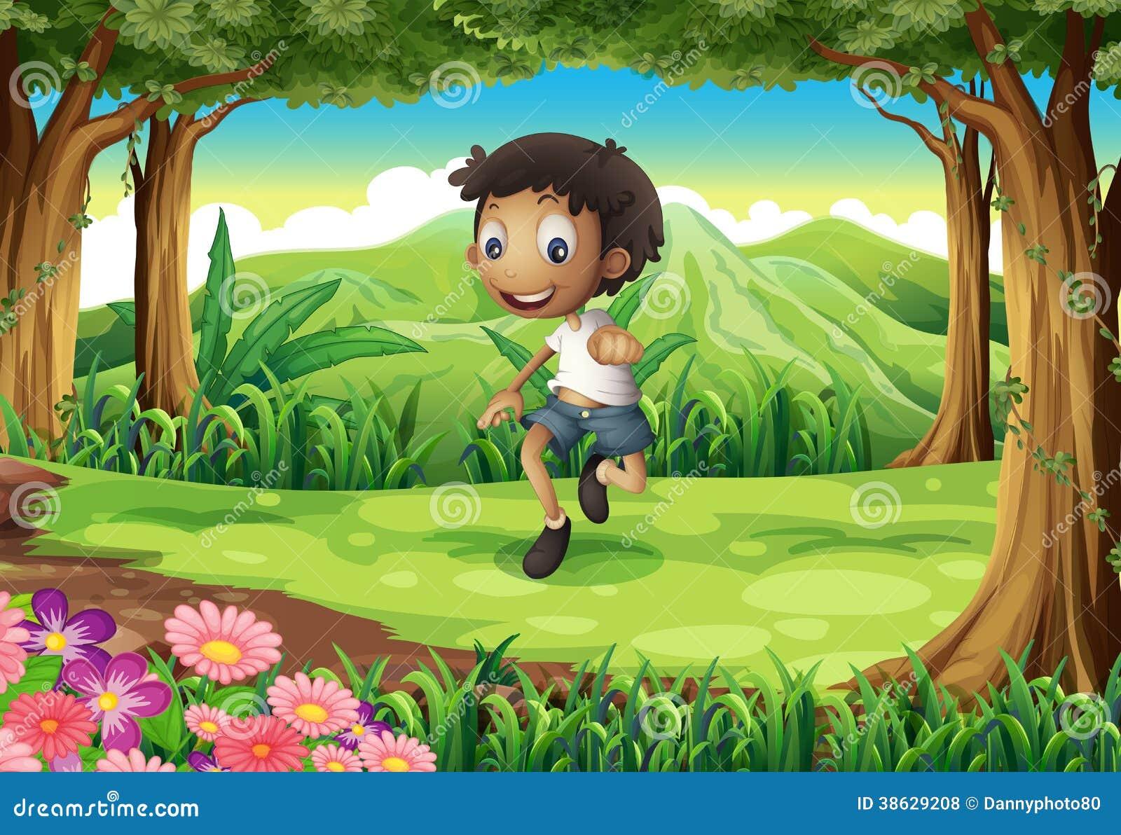Un muchacho joven enérgico en el medio del bosque