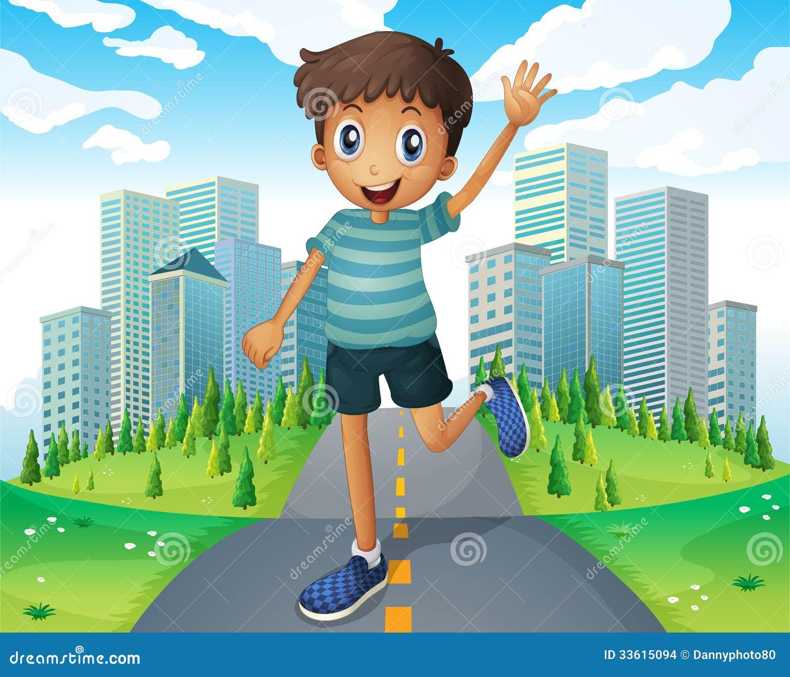 Un muchacho que agita mientras que corre en el medio del camino