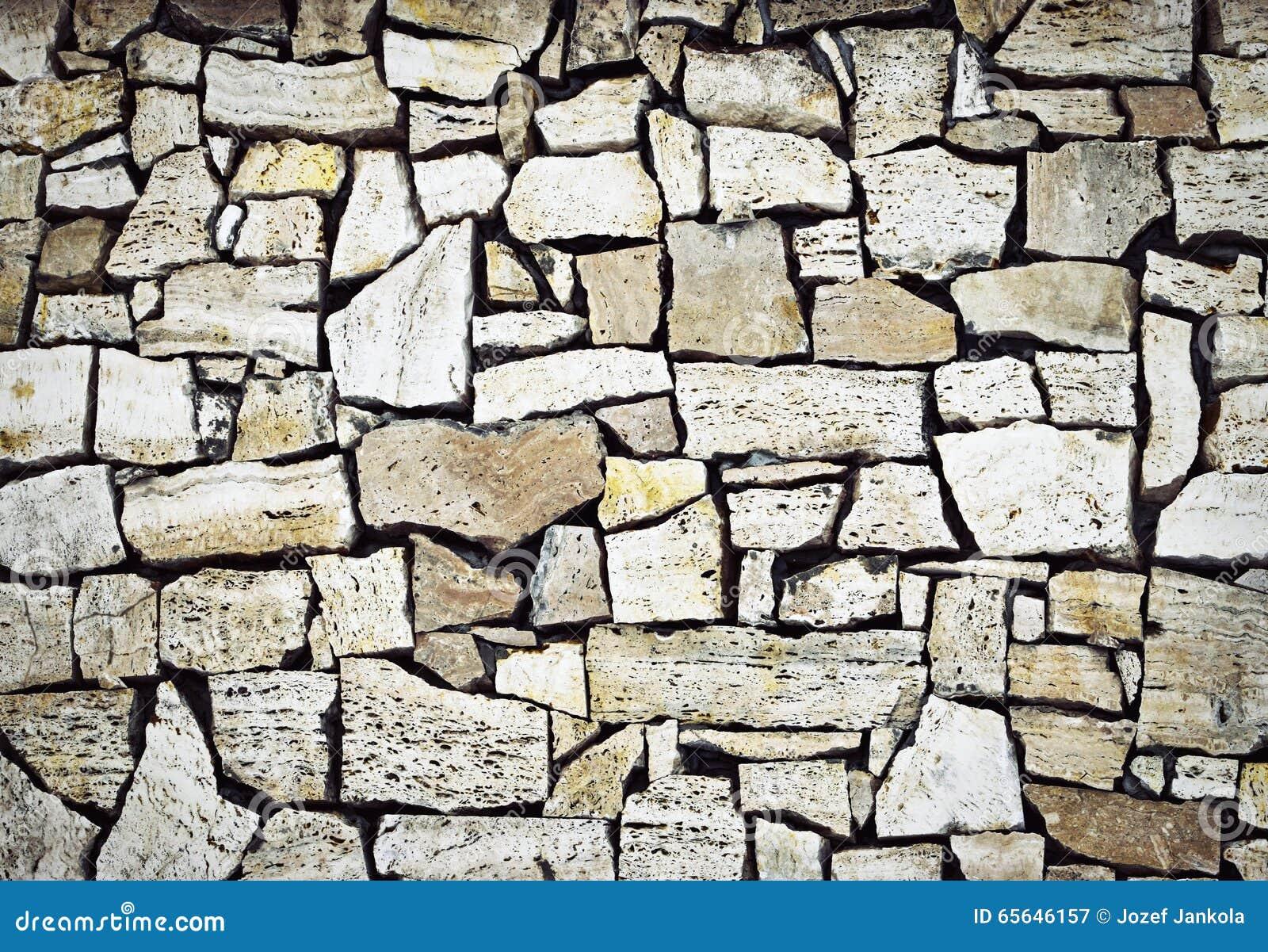 Un mur de pierre à macadam
