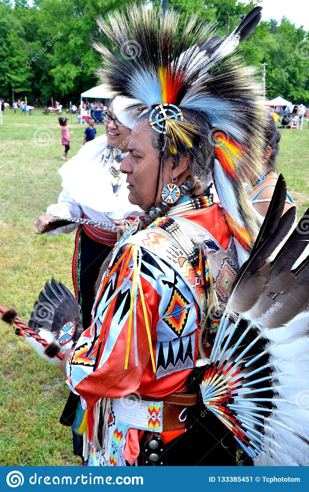 Un nativo americano in regala indiano pieno