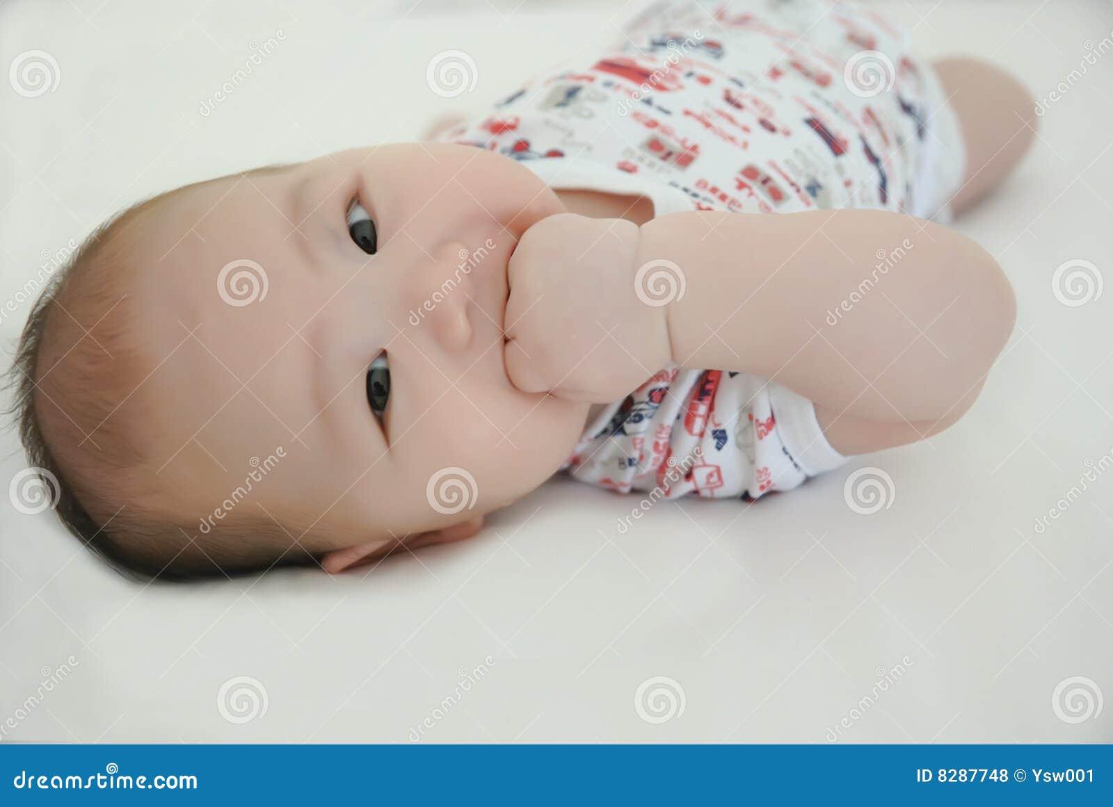 Un neonato da 3 mesi fotografia stock. Immagine di ...