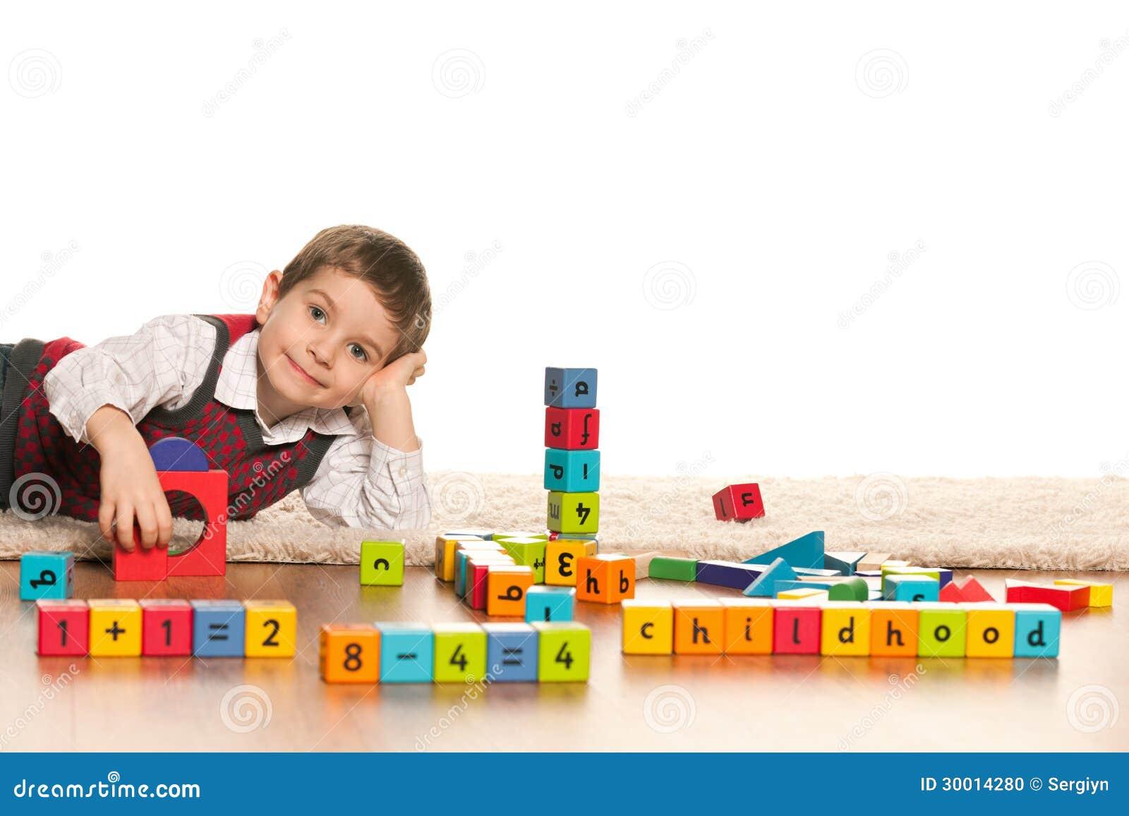 El jugar con el ni o peque o de los juguetes foto de - Vivir en un piso pequeno con ninos ...