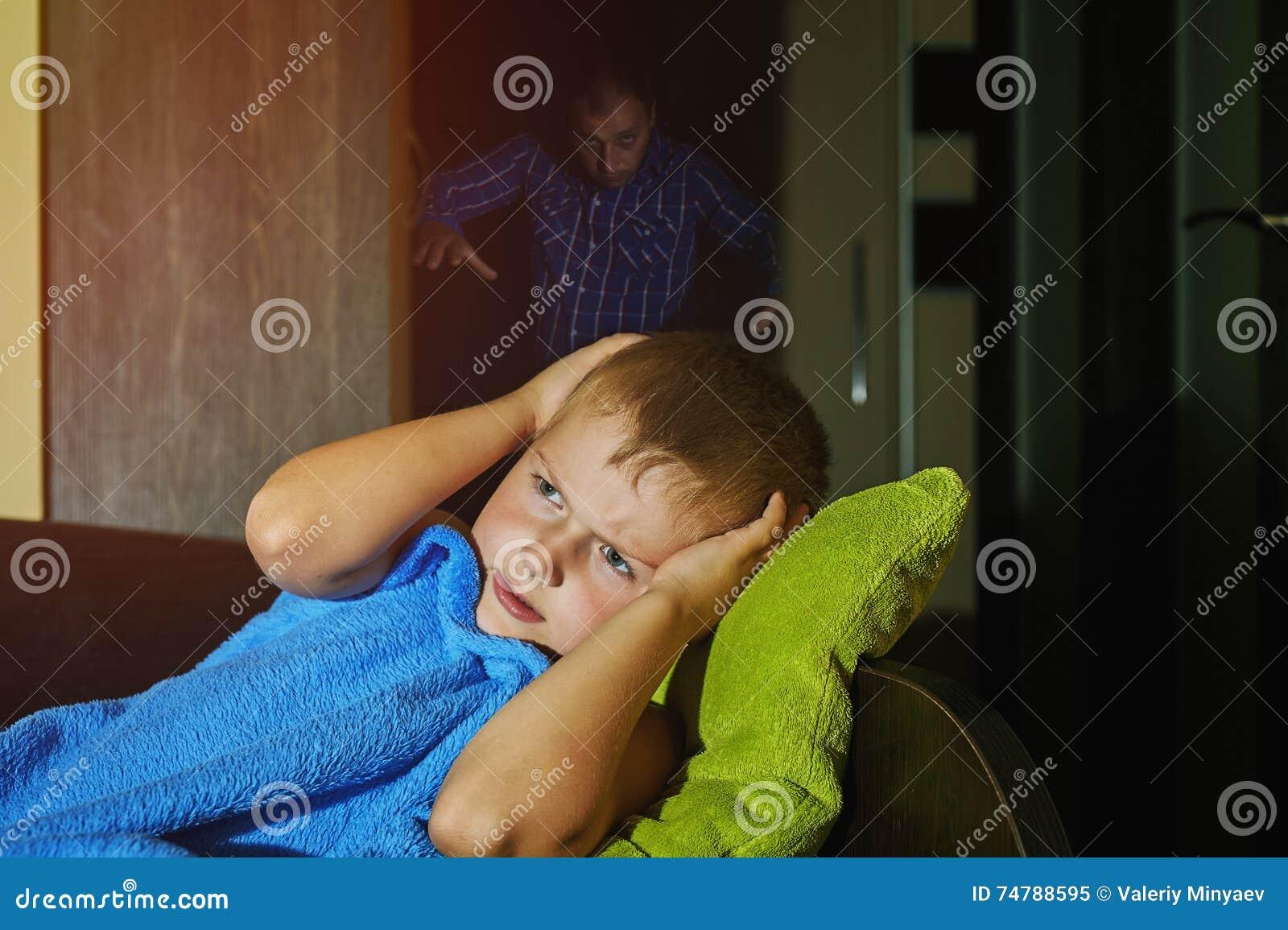 Un niño pequeño asustado asustado en cama en la noche, niñez teme