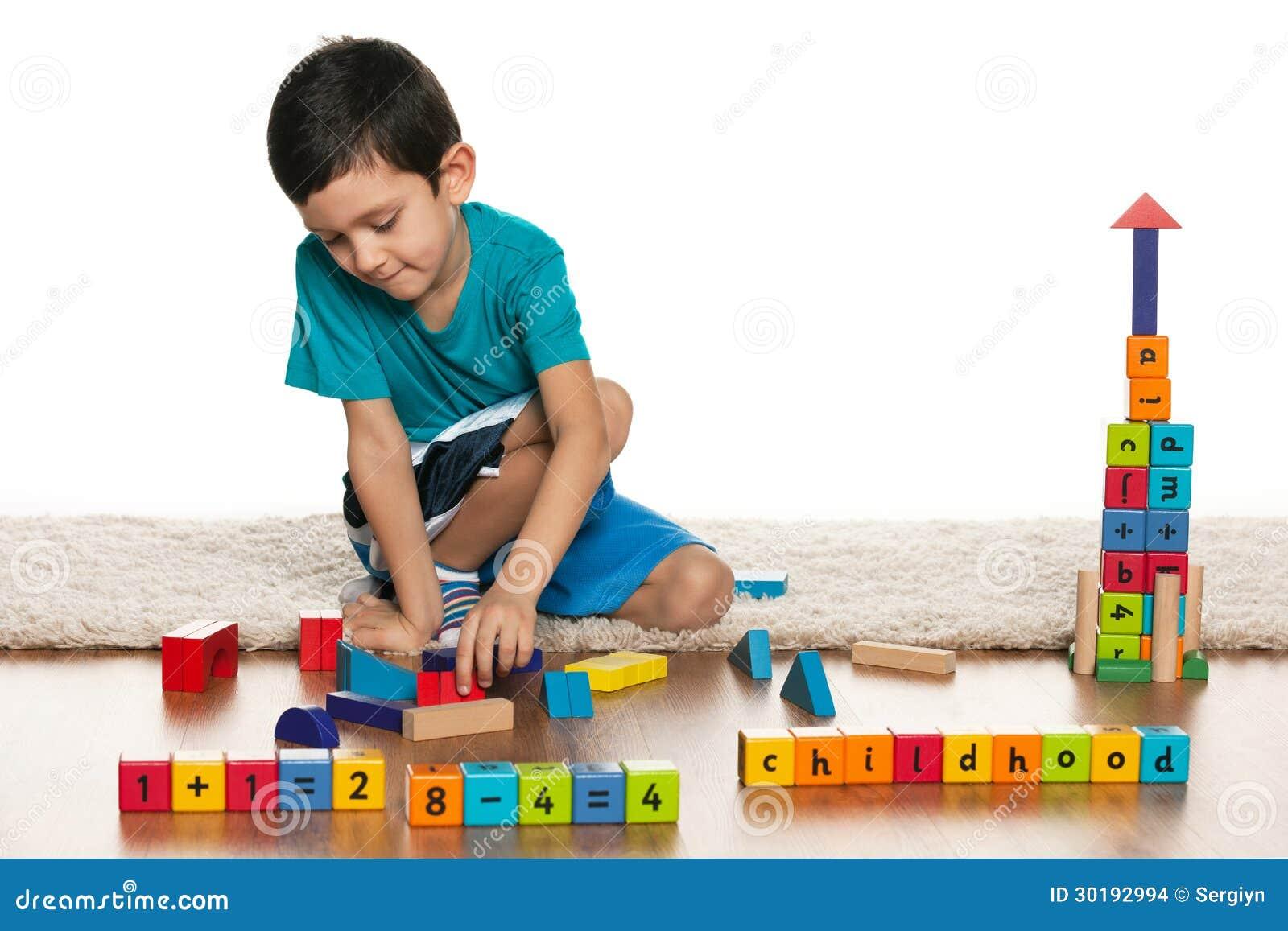 Ni o peque o listo con los juguetes en el piso imagenes de for Vivir en un piso pequeno con ninos