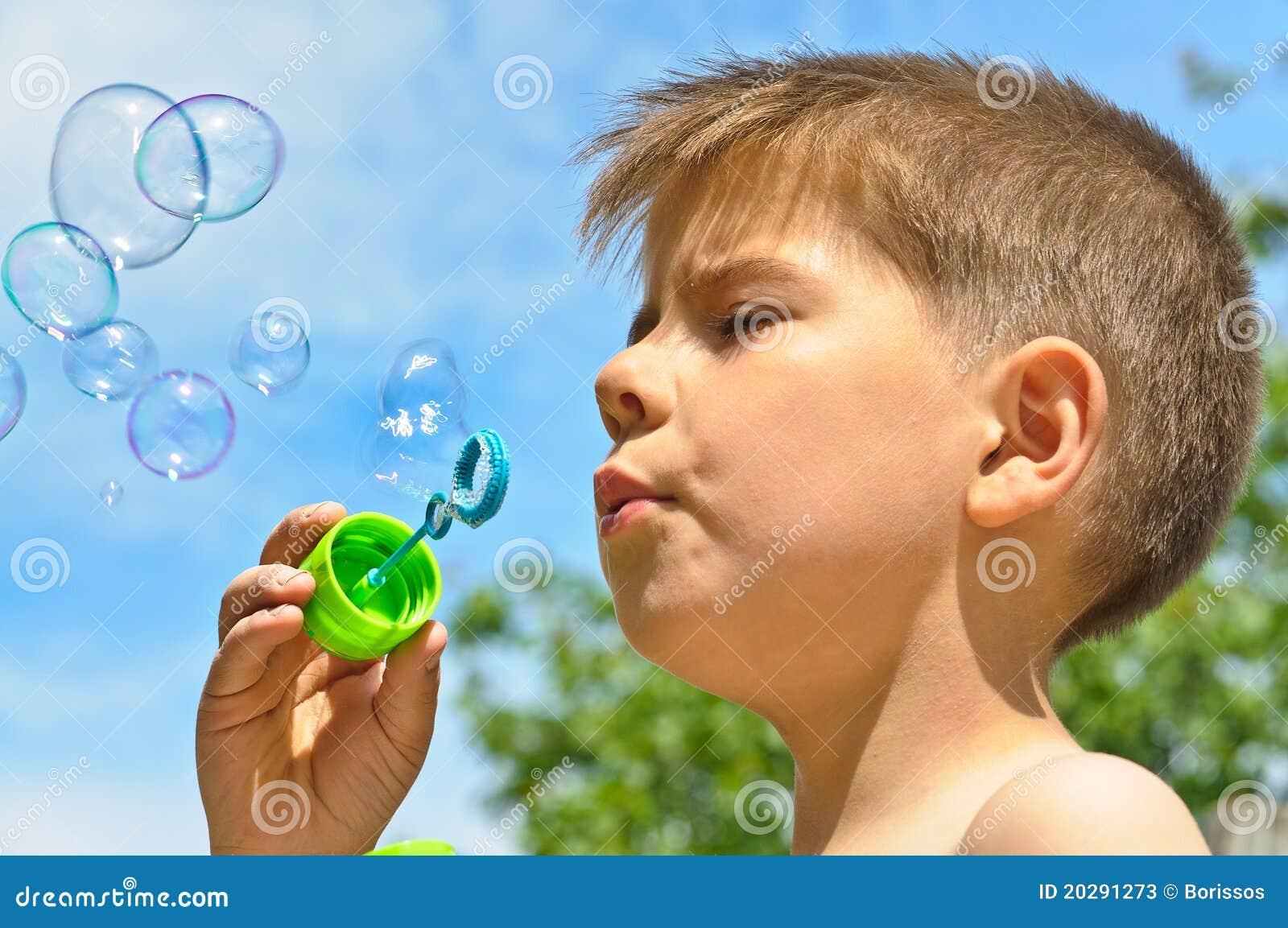 Un ni o peque o sopla burbujas fotos de archivo imagen - Foto nino pequeno ...