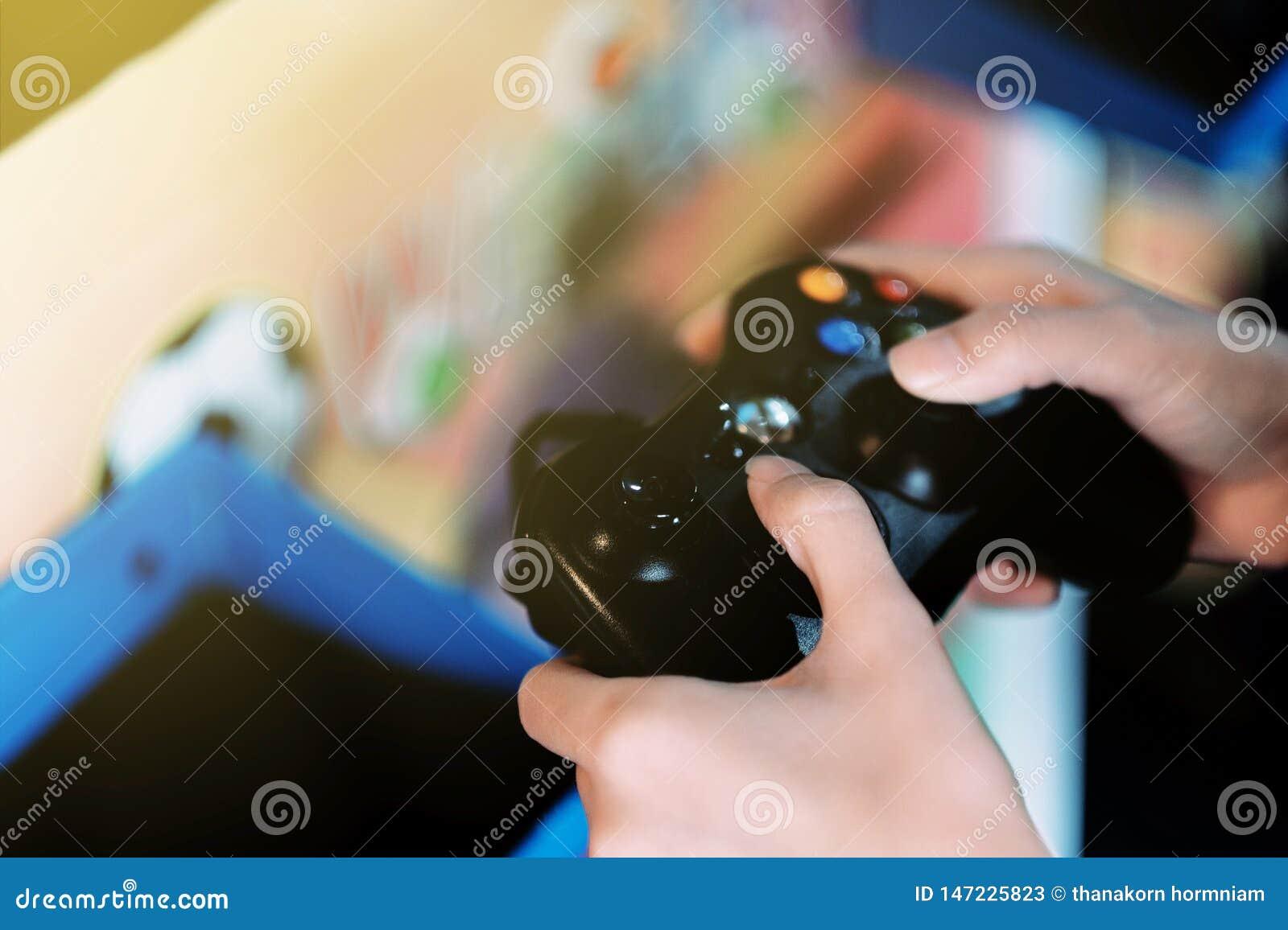 Un niño que juega al juego