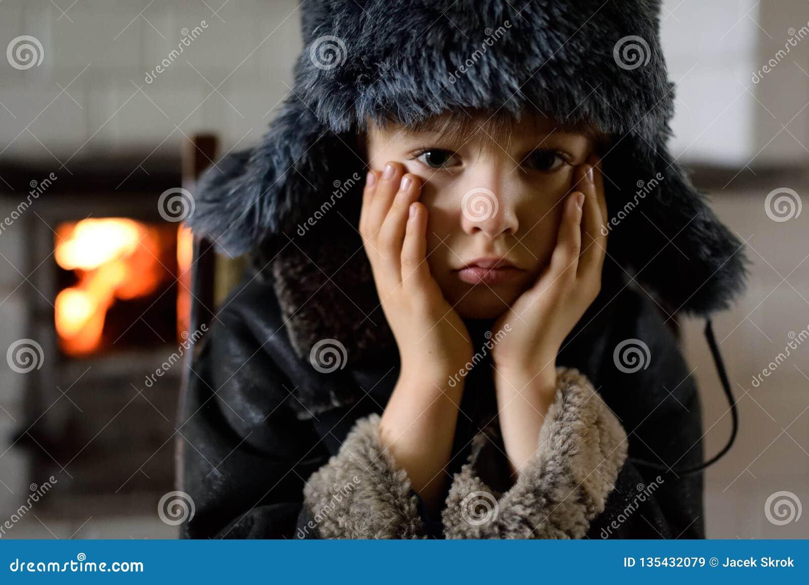 a8b1f65a6af1 Un Niño Triste, Aterrorizado, Pobre El Muchacho En Un Invierno ...