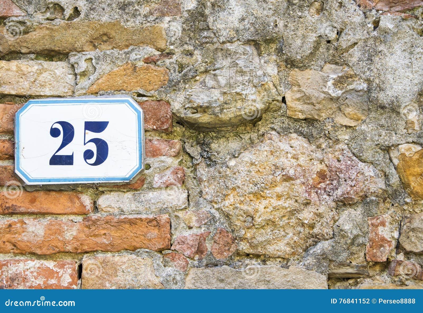 Un numéro de maison vingt-cinq et x28 ; 25& x29 ; sur un mur dans Pienza, la Toscane