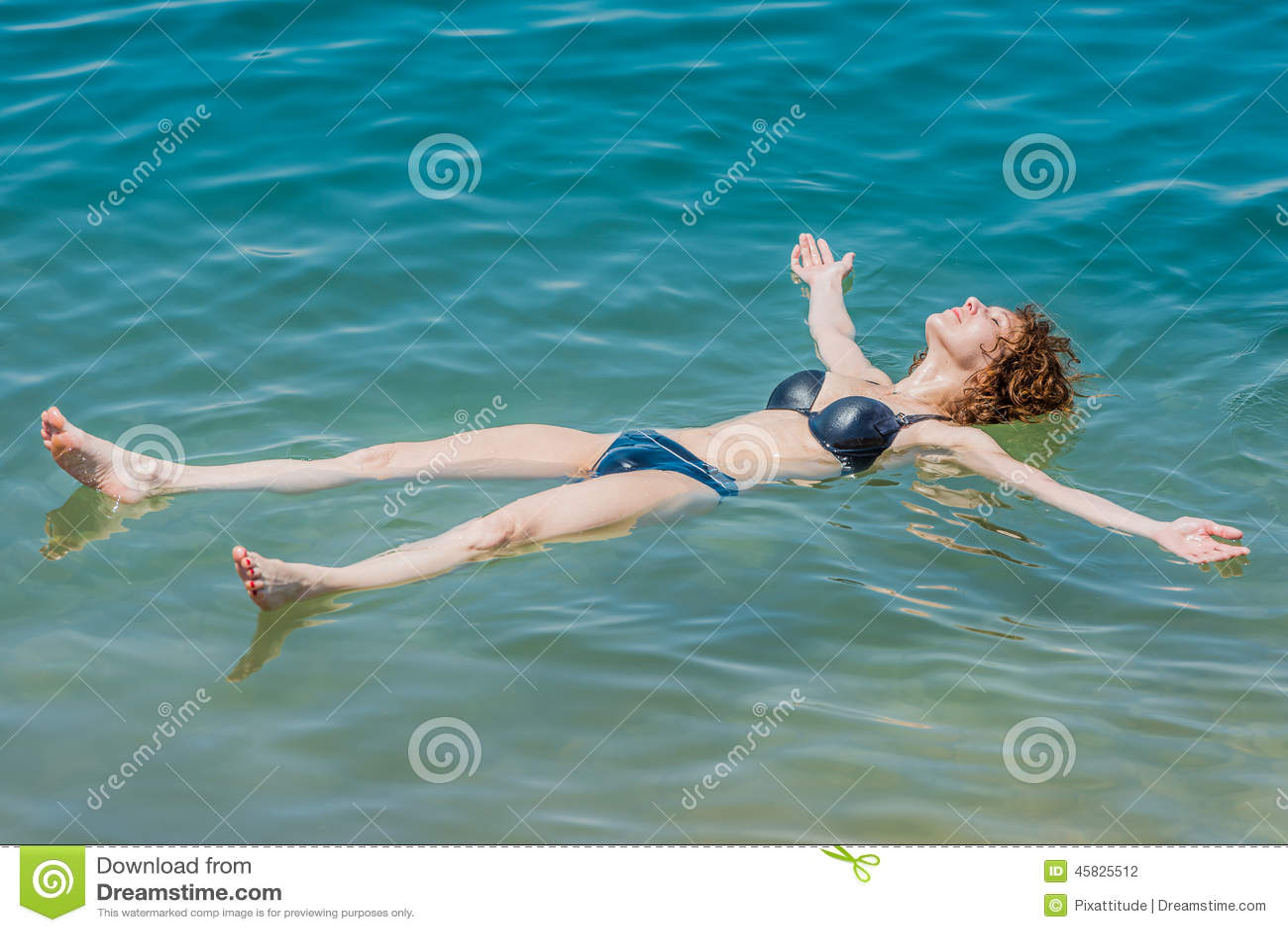 Un Nuoto Della Donna Che Bagna Nel Mar Morto Giordano Fotografia ...