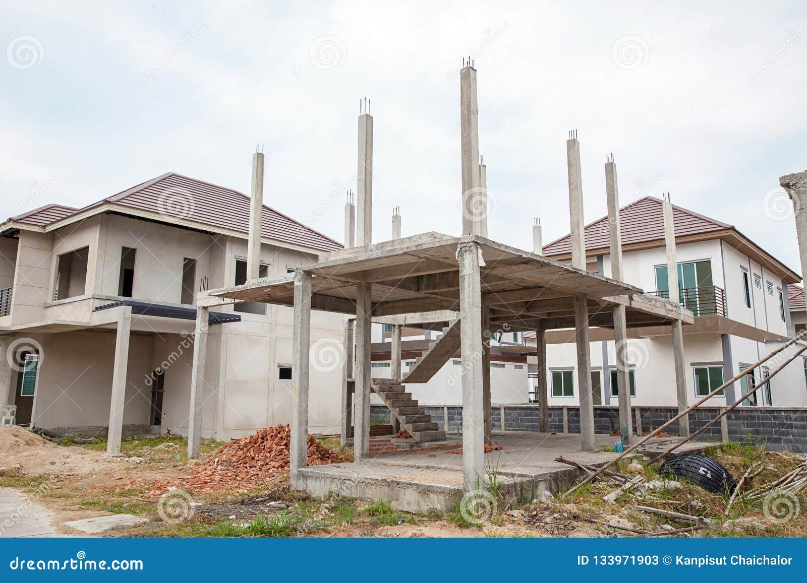 Un nuovo bastone ha costruito in costruzione domestico Casa residenziale della costruzione nuova in corso al cantiere