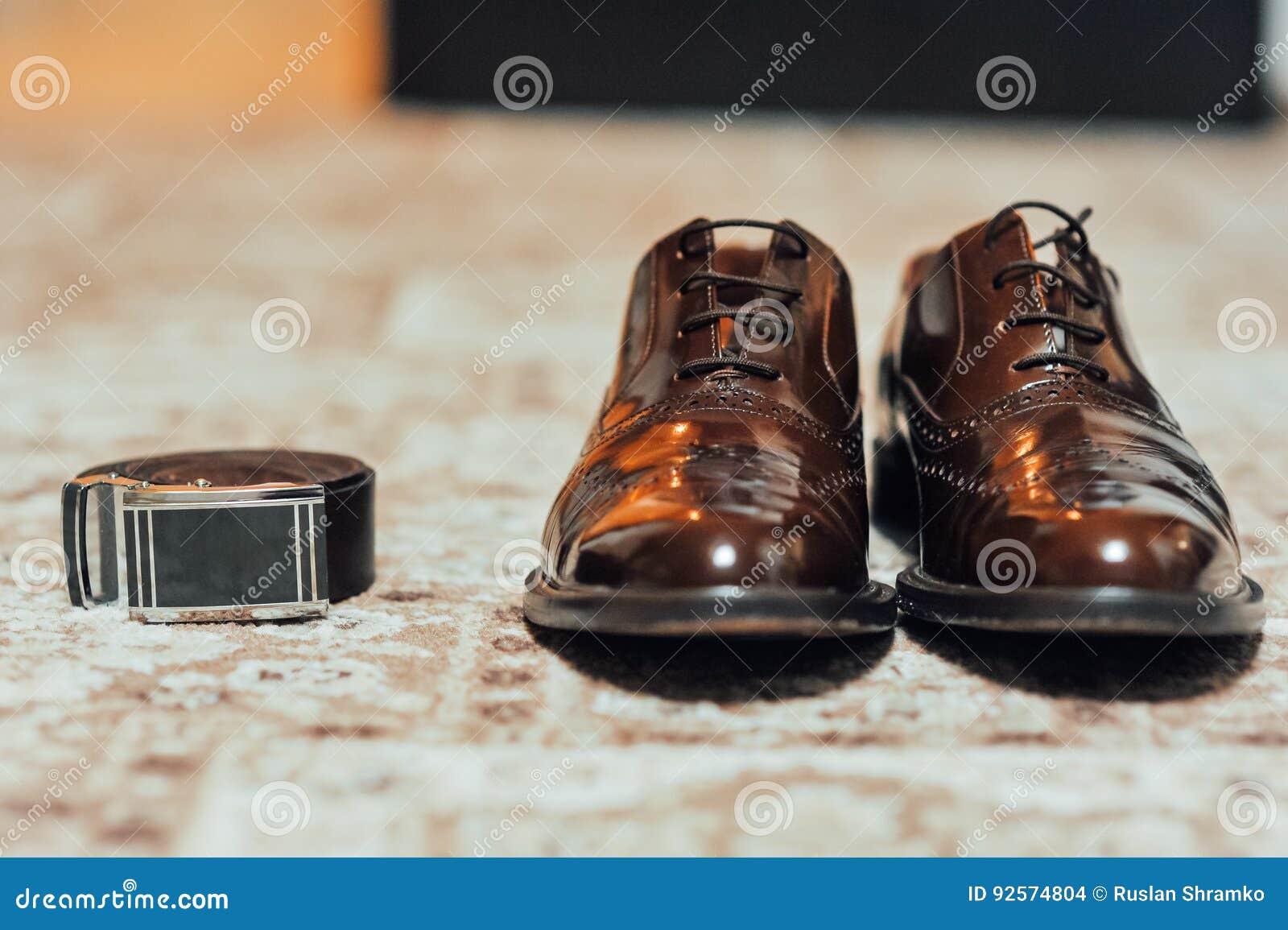 Un nuovo paio delle scarpe di cuoio di abbronzatura, cinghia