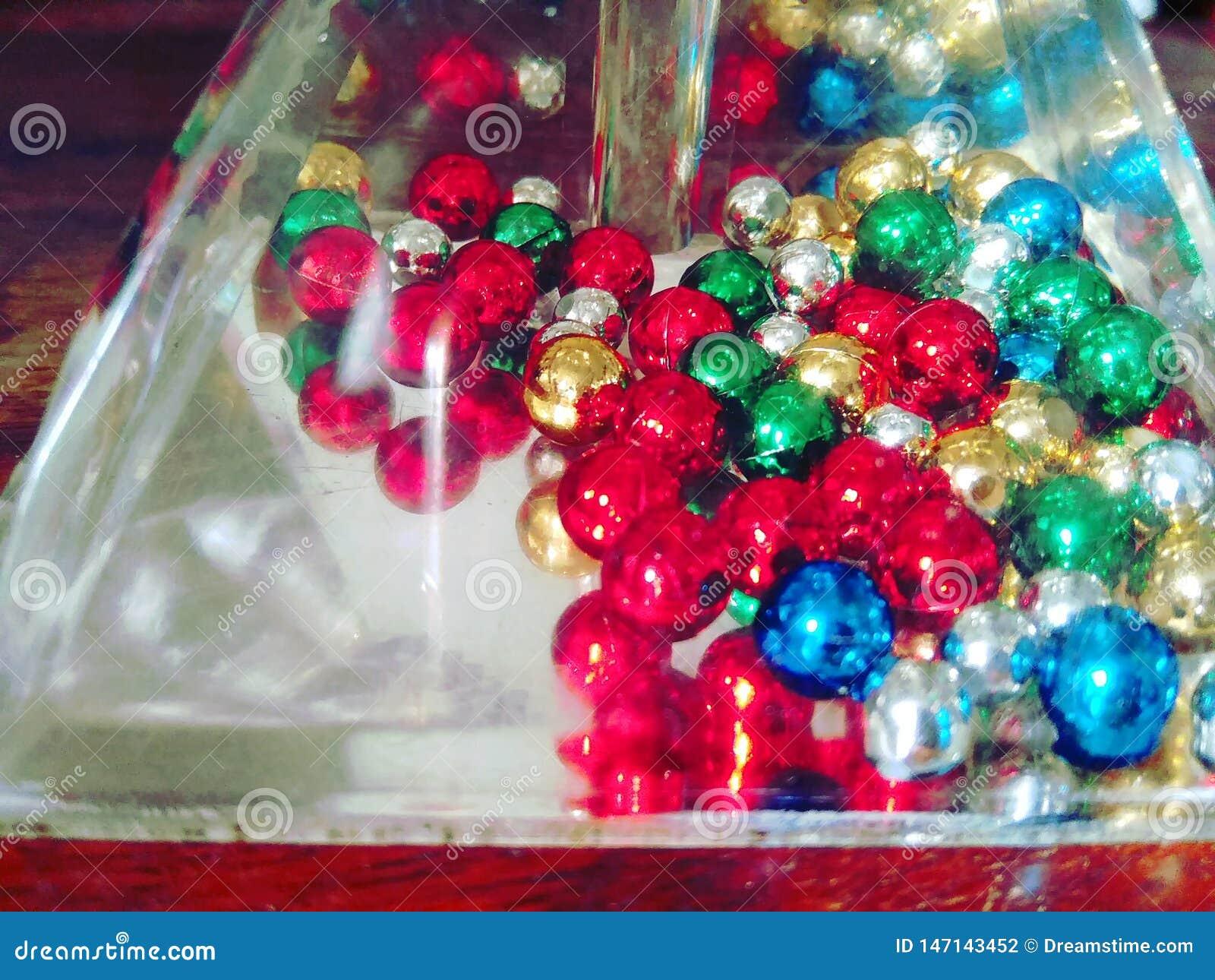 Un objeto transparente original con la perla coloreada