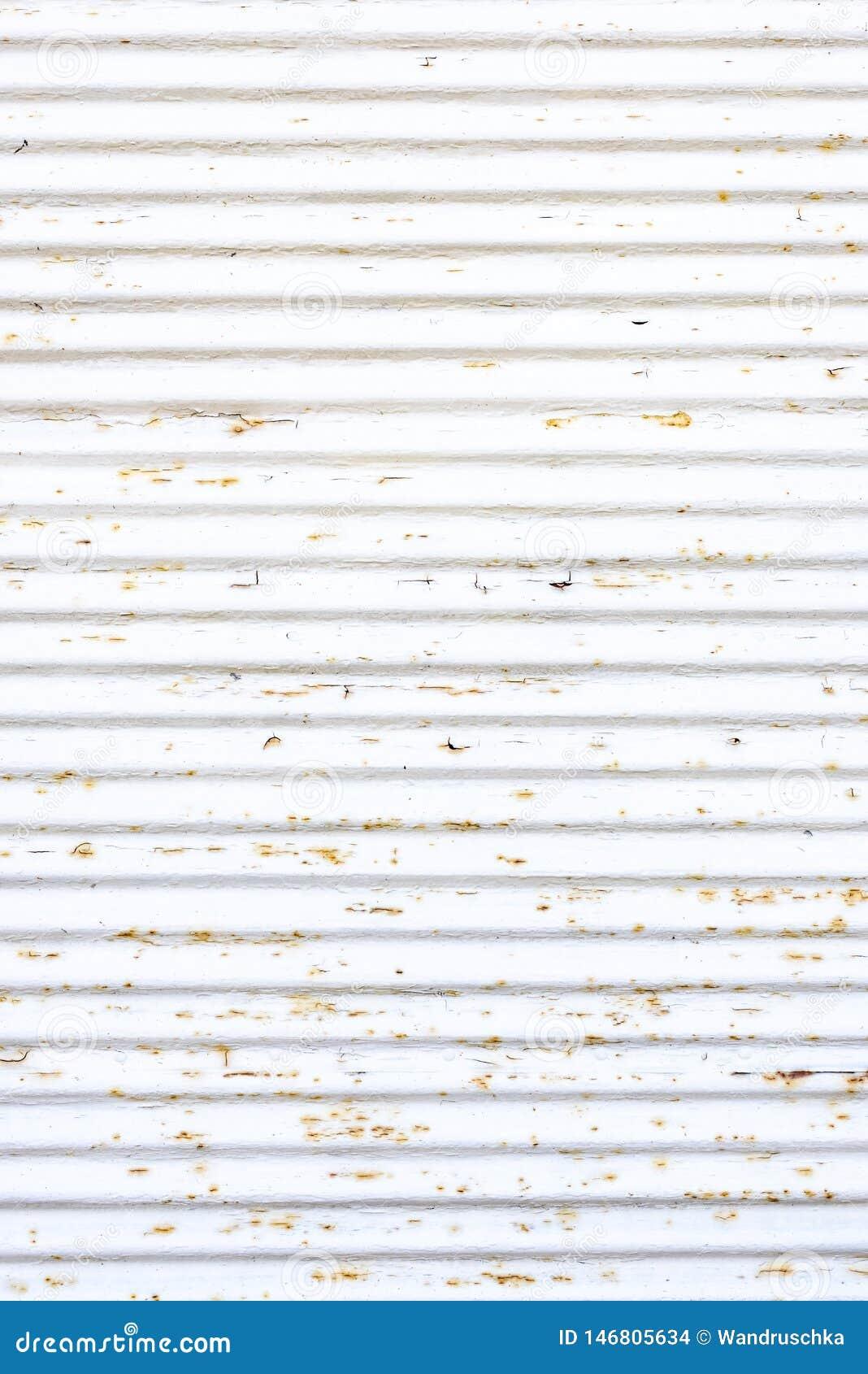 Un obturador oxidado blanco viejo