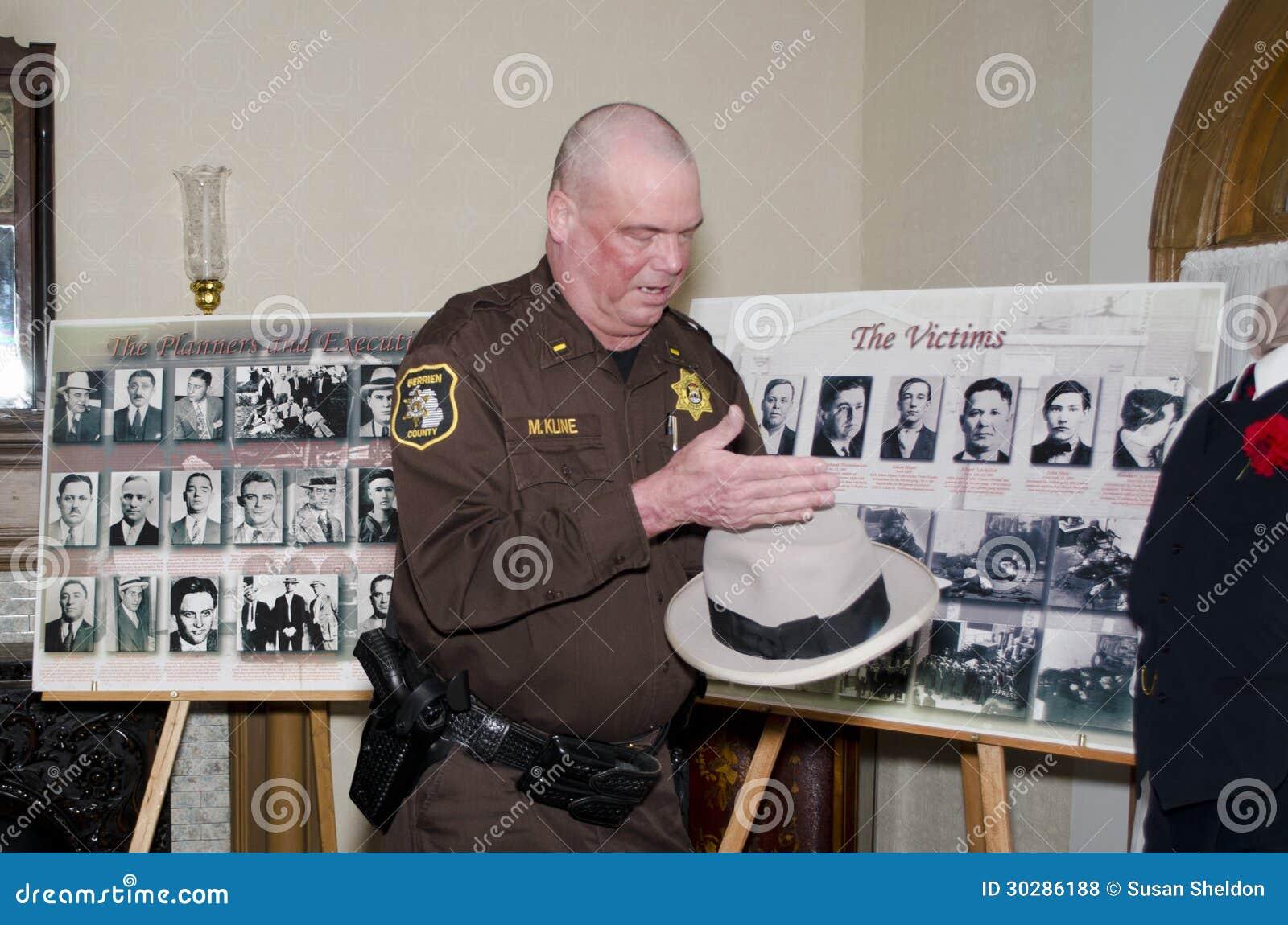 El oficial de policía exhibe artículos de la masacre del día de tarjetas del día de San Valentín del st