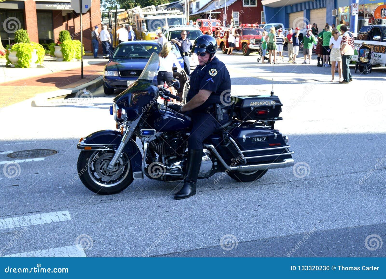 Un oficial de policía de la motocicleta en una asignación de tráfico