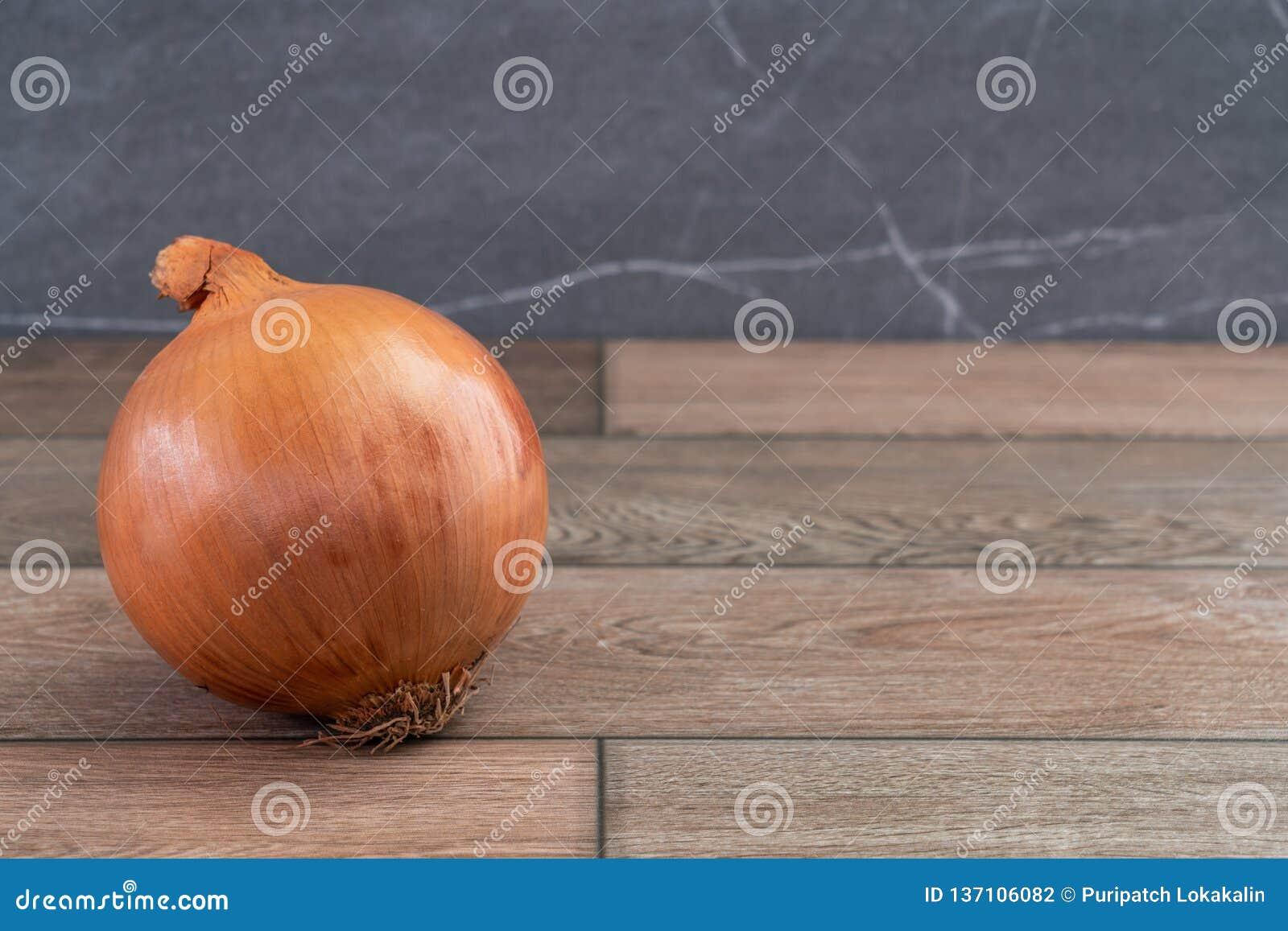 Un oignon simple sur le plancher en bois