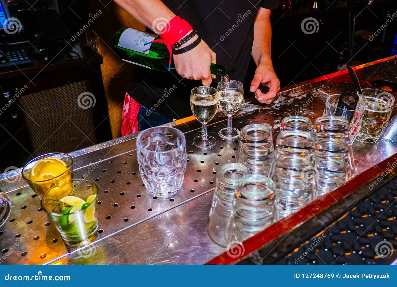 Un ordine per i due vetri di vino bianco