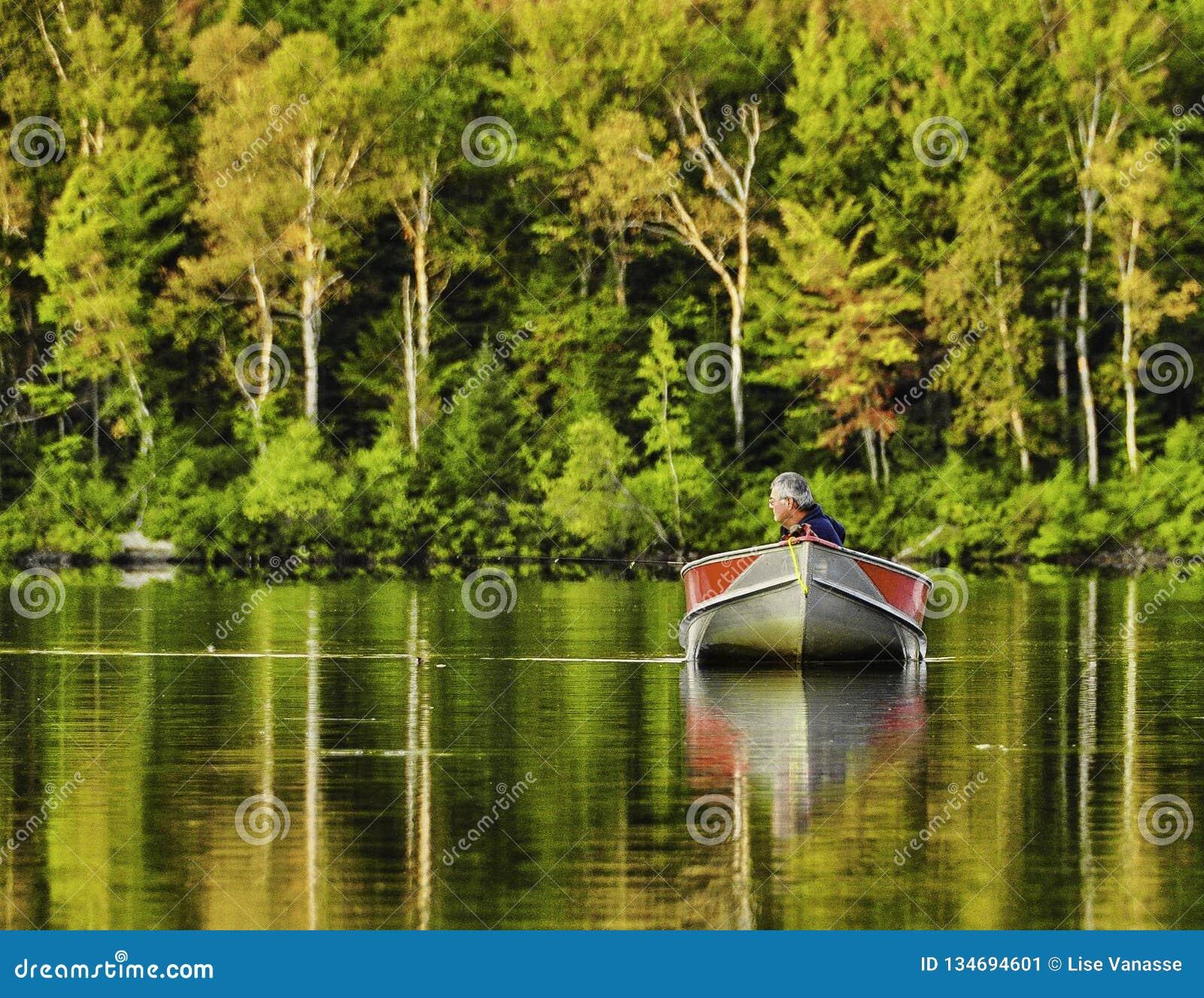 Un pêcheur retournant au lac