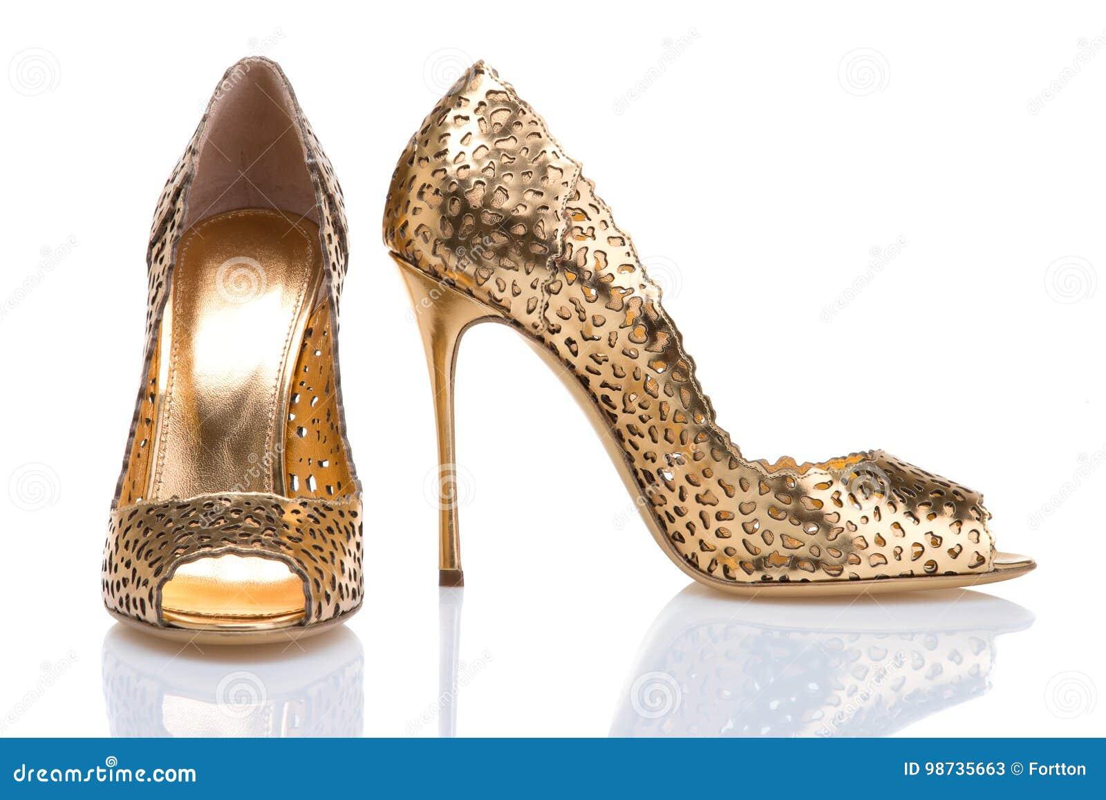 design di qualità e5c12 66175 Un Paio Delle Scarpe Dell'oro Con I Tacchi Alti Scarpe ...