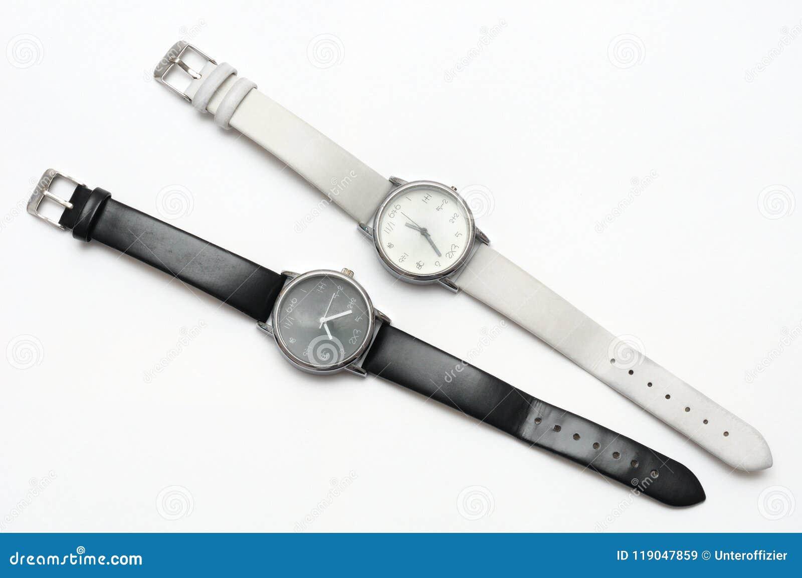 Un paio di contrapposizione in bianco e nero di colore eppure degli orologi simili di progettazione