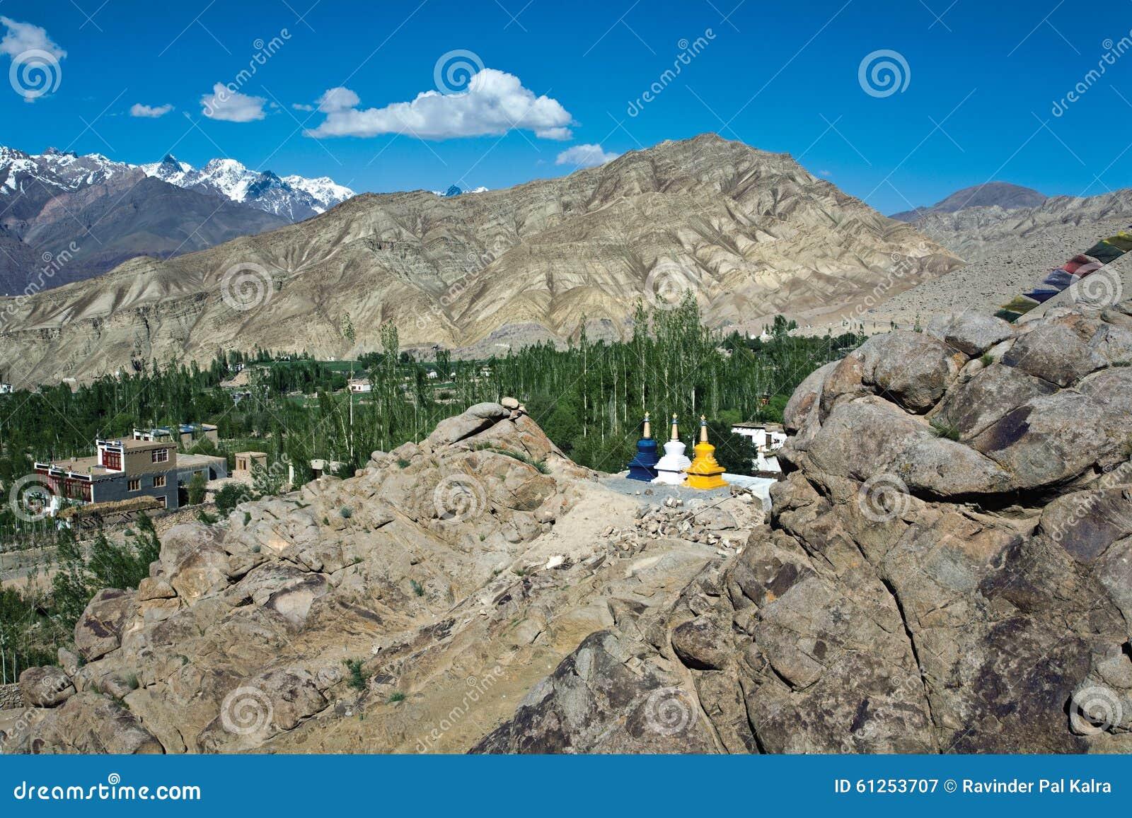 Un paisaje cerca del monasterio de Likir, Ladakh, Jammu y Cachemira, la India