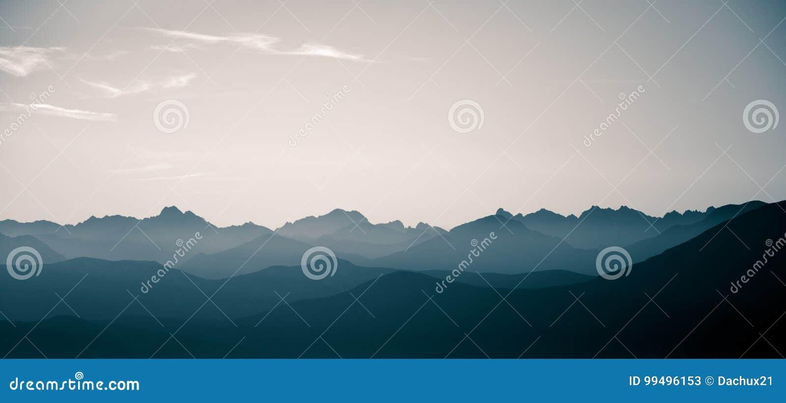 Un paisaje monocromático hermoso, abstracto de la montaña en tonalidad azul