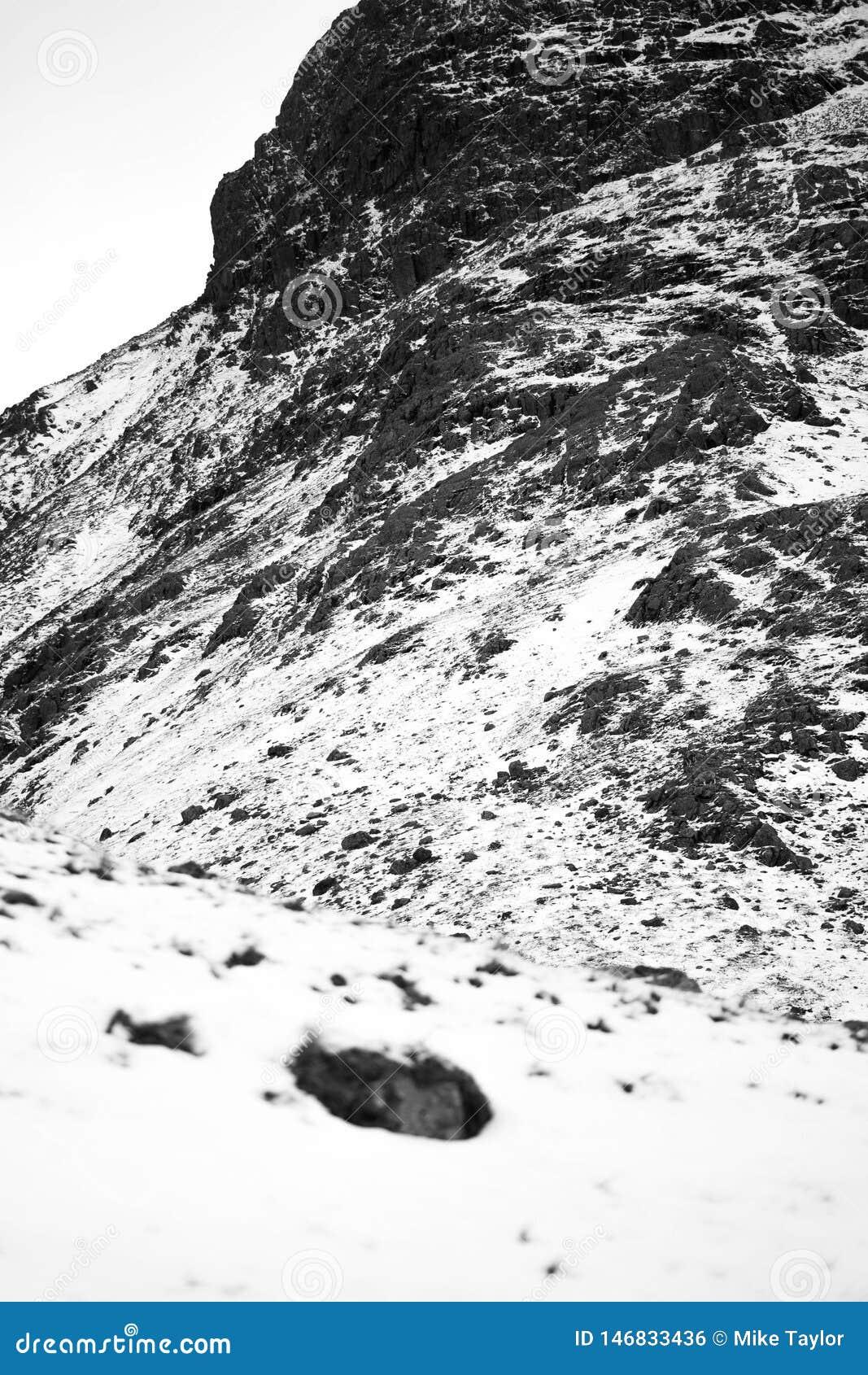 Un paisaje nevoso dram?tico de la monta?a