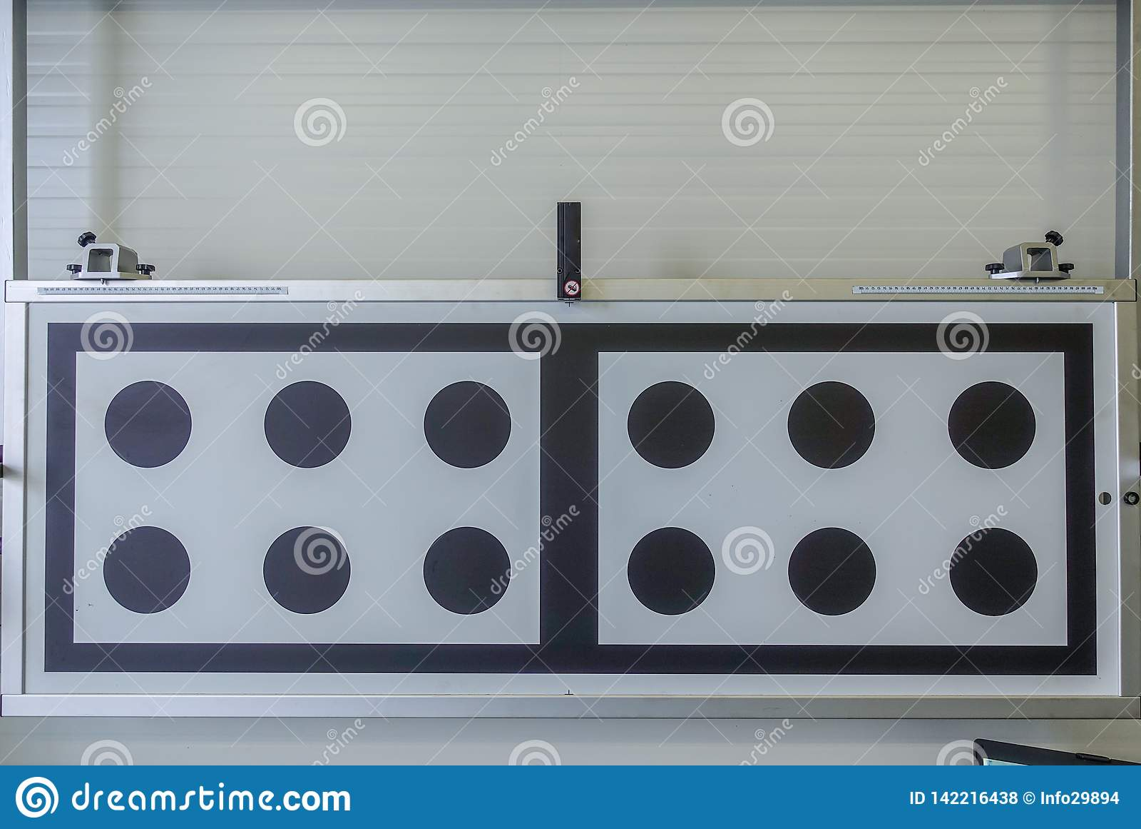 Un panneau d essai léger dans un atelier de réparations de voiture
