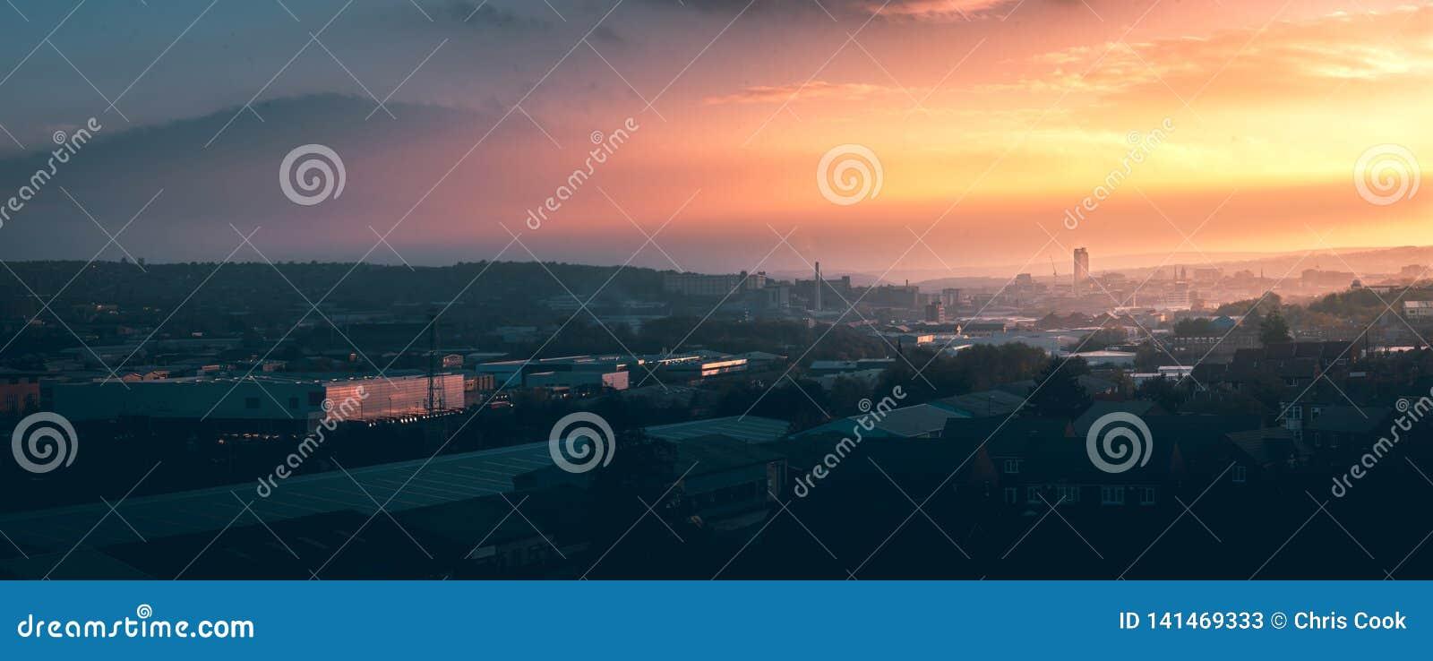 Un panorama de ville de Sheffield au coucher du soleil