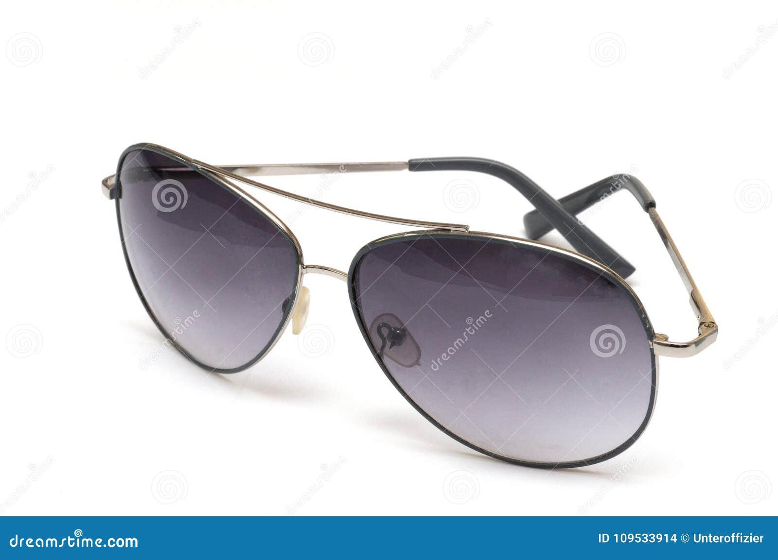 Un par de gafas de sol tipo aviador contra un contexto blanco