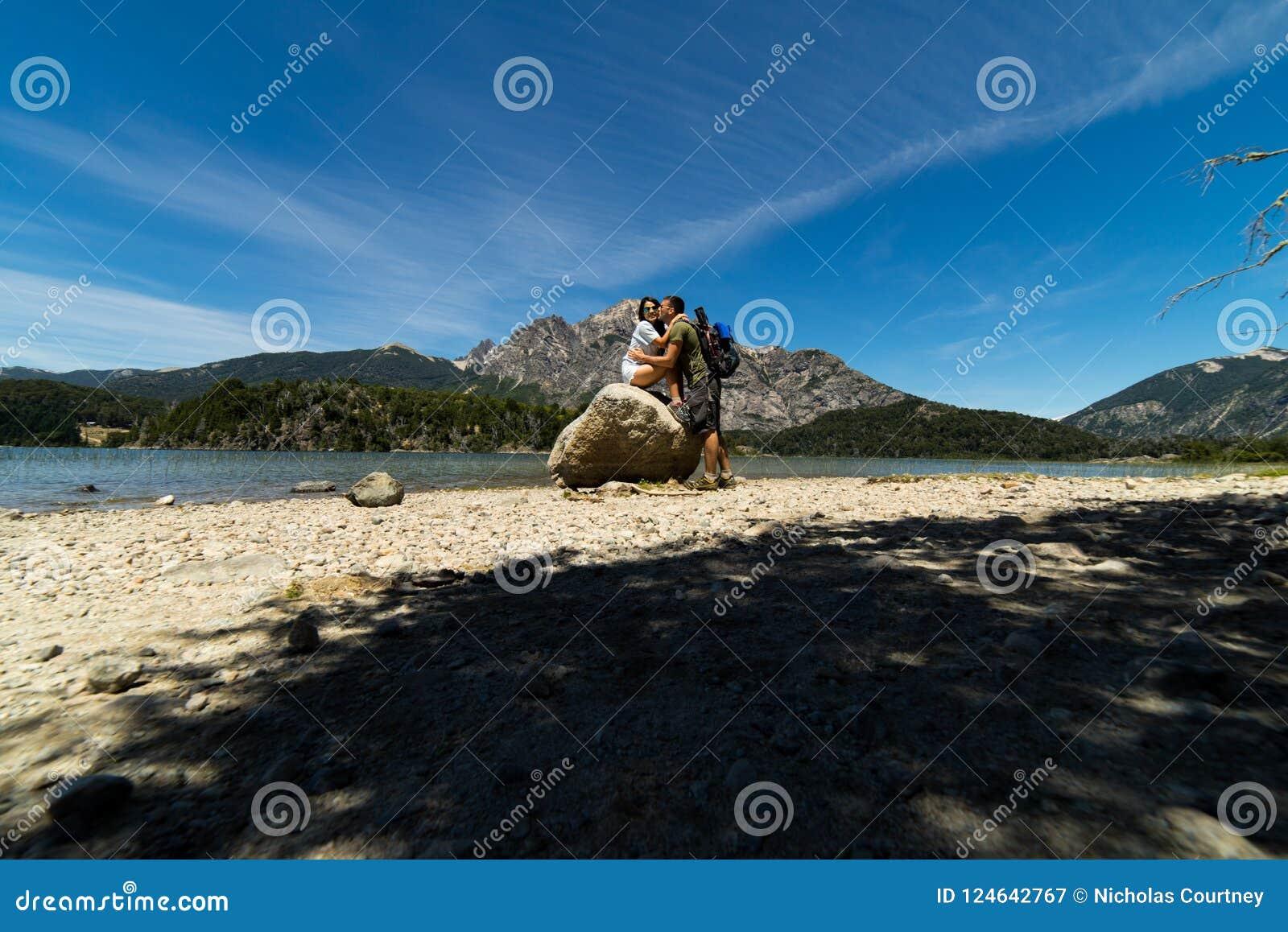Un par en las montañas y los lagos de San Carlos de Bariloche, la Argentina