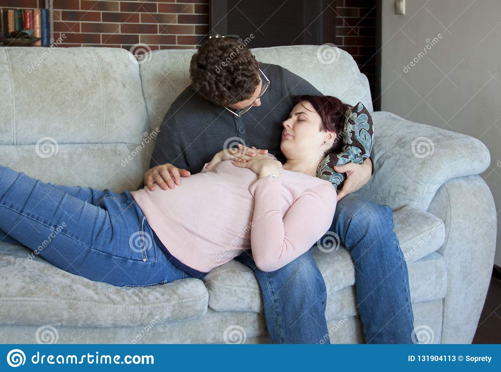 Un par joven está contando con a un bebé