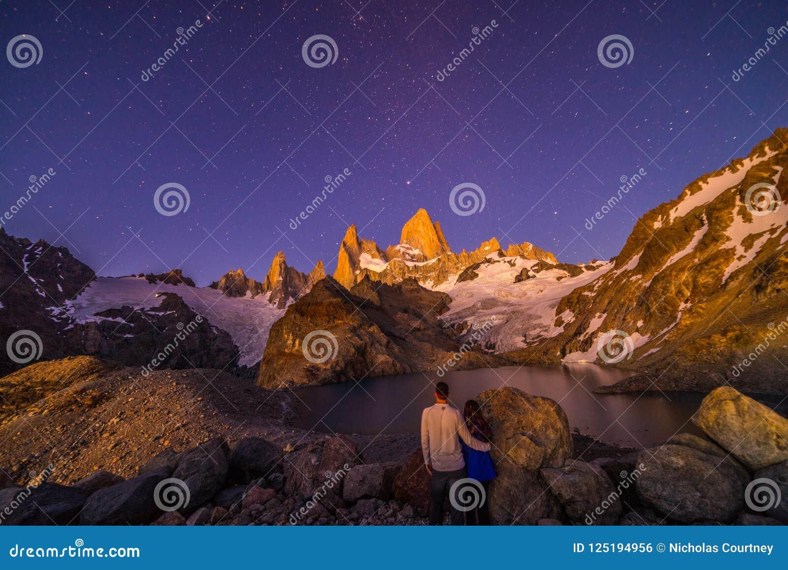 Un par presenta debajo del Mt Fitz Roy Un pico rugoso en la Patagonia, la Argentina