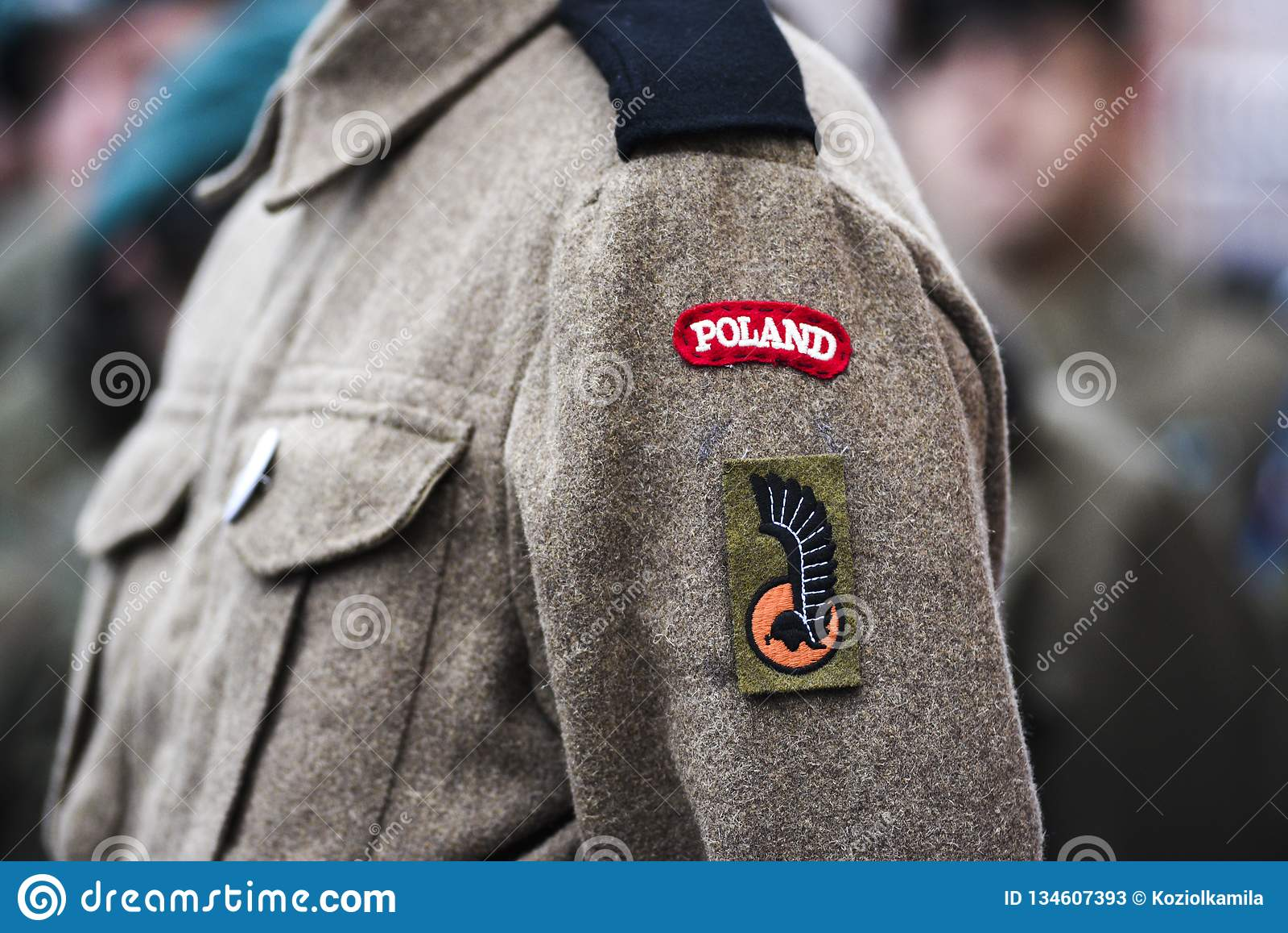 Un paracaidista polaco de la Segunda Guerra Mundial, un remiendo en un uniforme militar, un emblema polaco