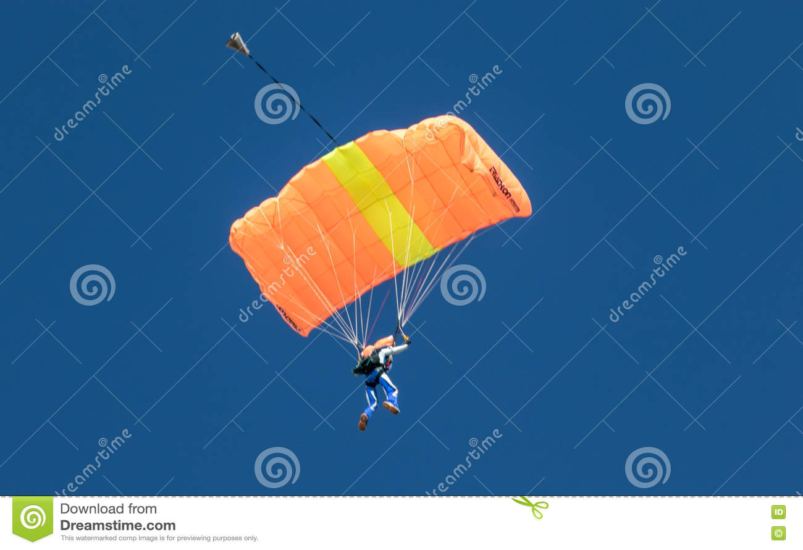 Un parachutisme de exécution de parachutiste avec le parachute