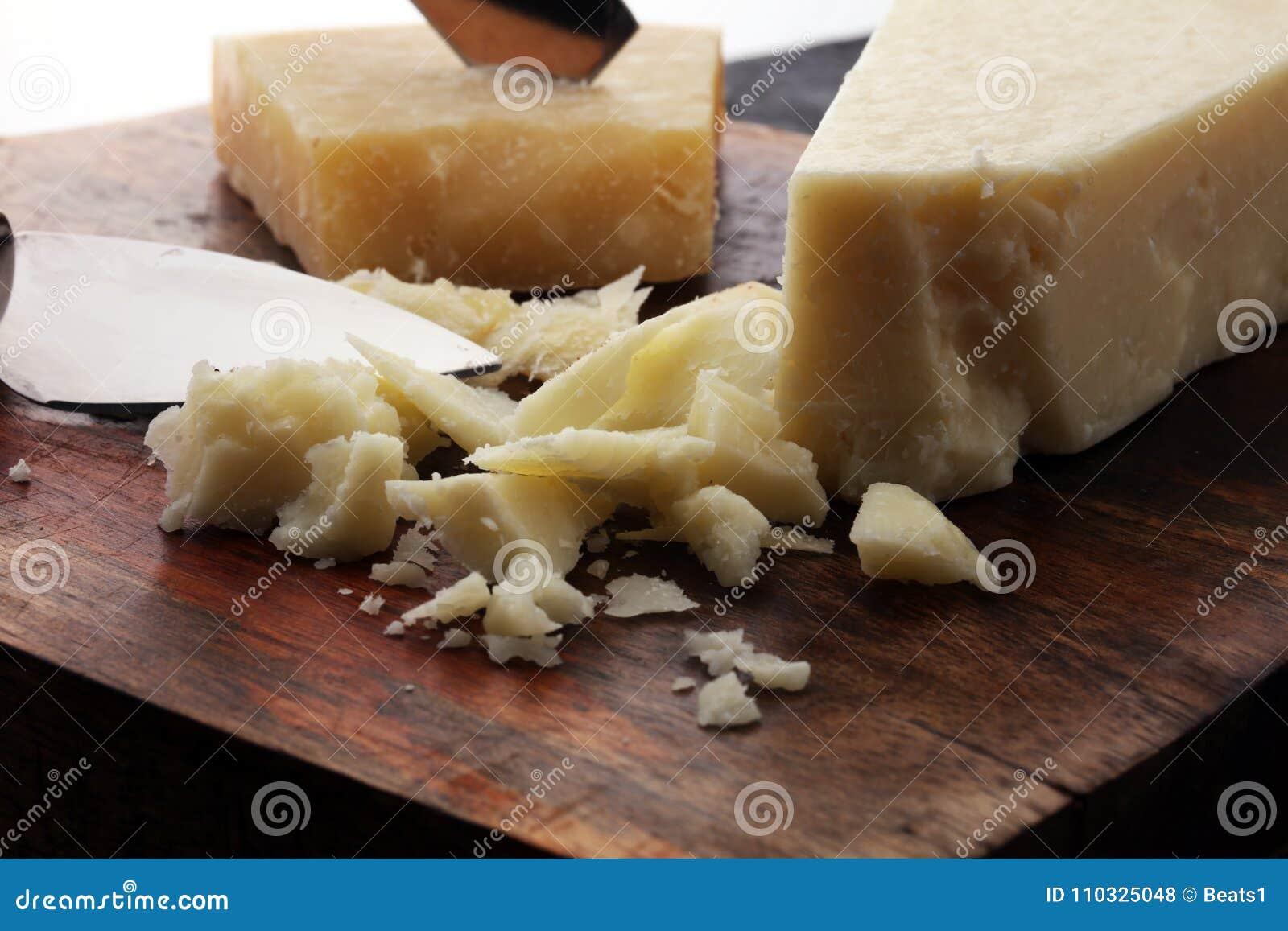 Un parmesan authentique âgé de reggiano de parmesan avec des chees
