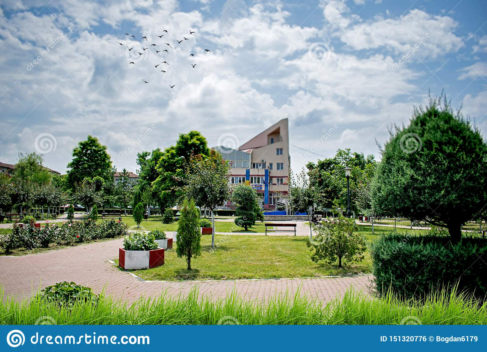Un parque hermoso con el un montón de verdor de una pequeña ciudad en Europa Un d?a de verano caliente