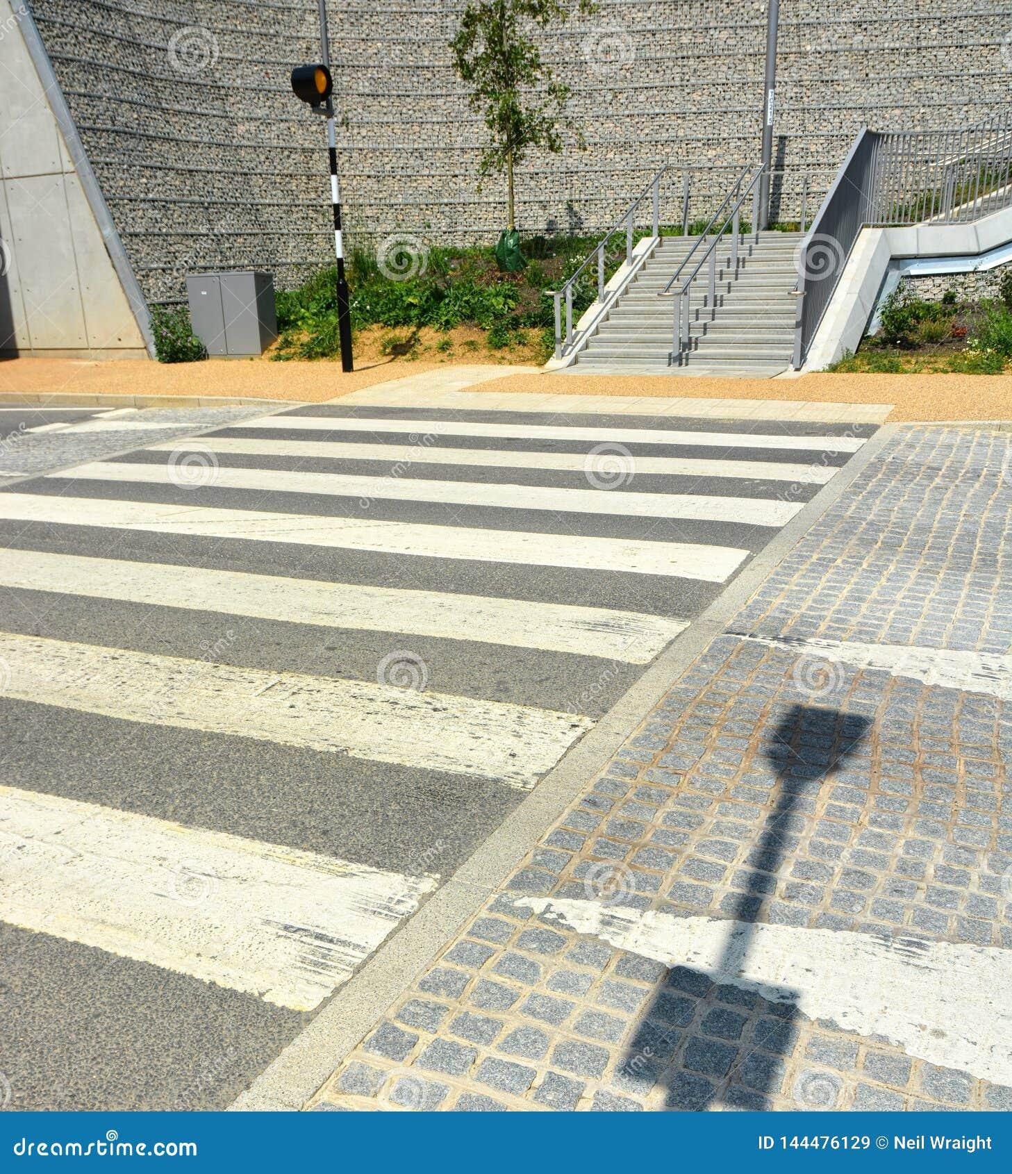 Un paso aumentado de la cebra Medida que calma del tráfico