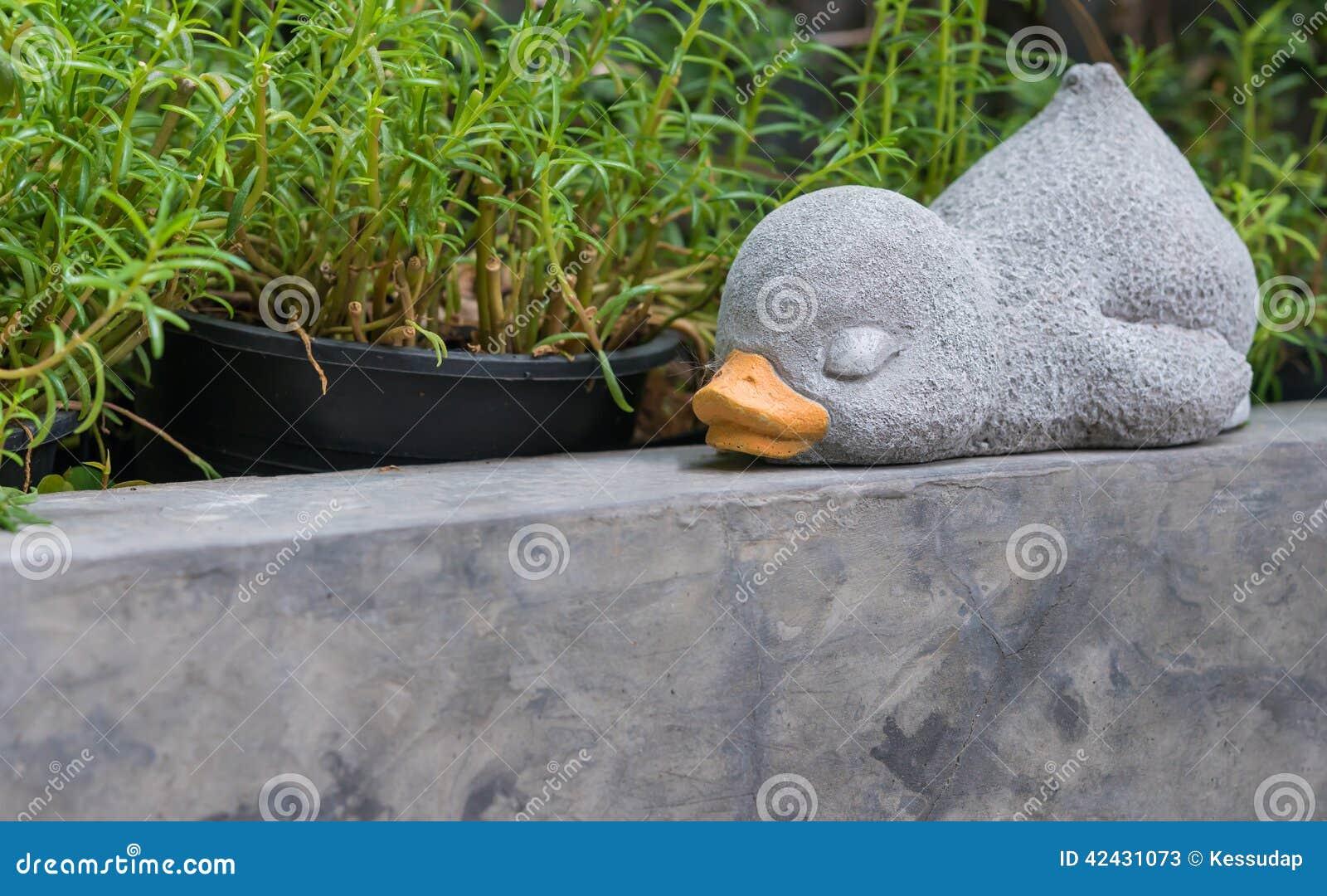 Un pato el dormir hecho del cemento para la decoración