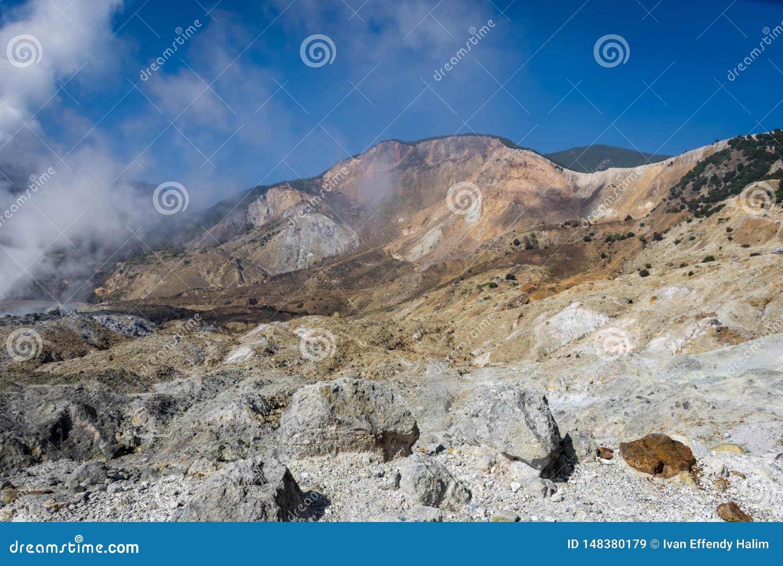 Un paysage de voie rocheuse sur le b?ti Papandayan que contestant pour le randonneur Le volcan le plus actif sur Garut Papandayan