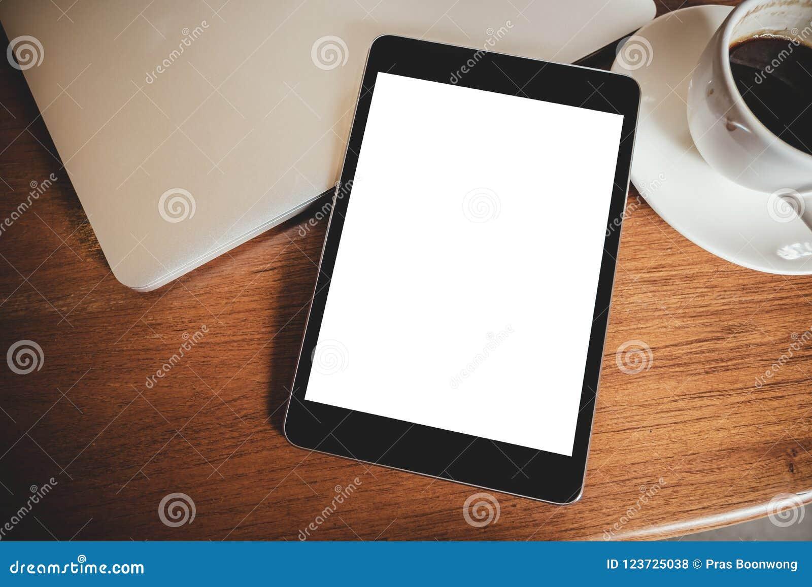 Un pc noir de comprimé avec lécran blanc de bureau vide avec la