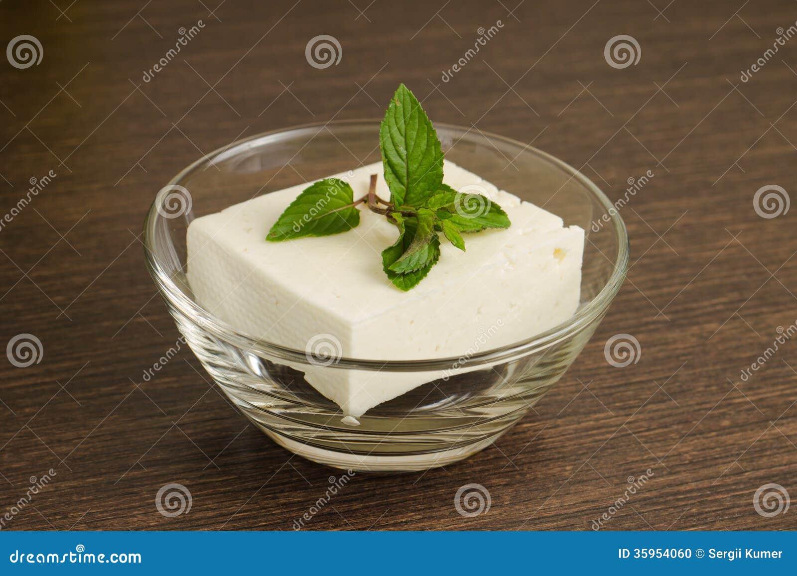 Un pedazo de queso blanco en bol de vidrio