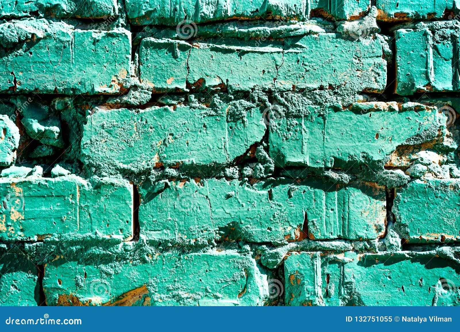 Un pedazo de viejo pintado en pintura de la pared de ladrillo de la turquesa, una textura del ladrillo abstraiga el fondo