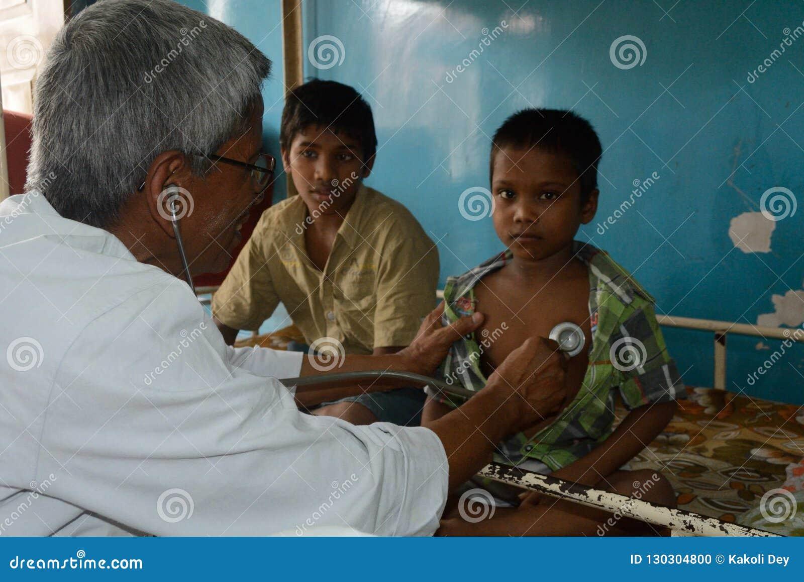 Un pediatra sta controllando un ragazzino con lo stetoscopio
