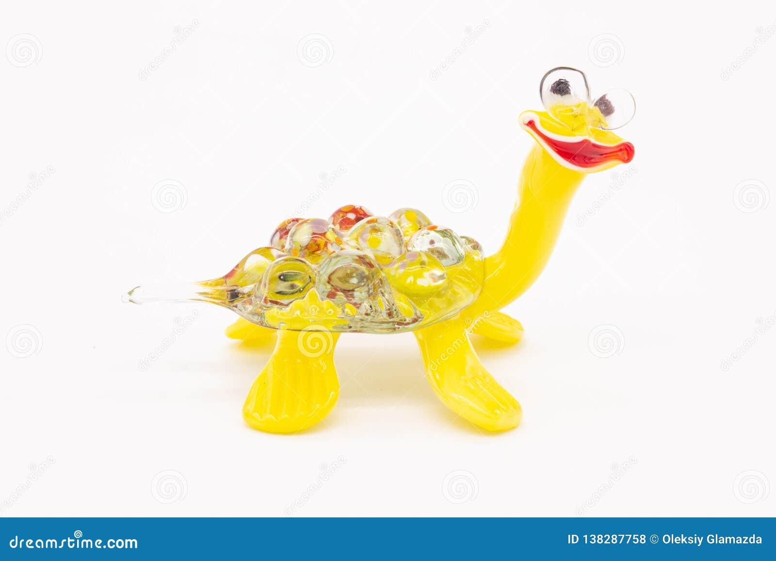 Un pequeño juguete es una tortuga
