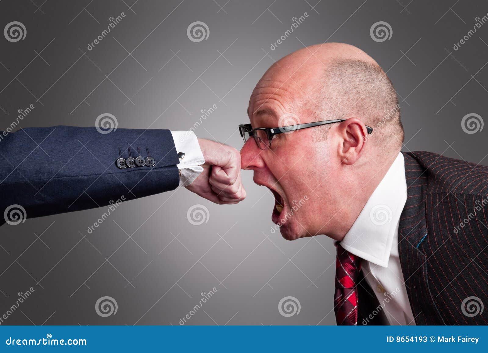 Un perforateur sur le nez