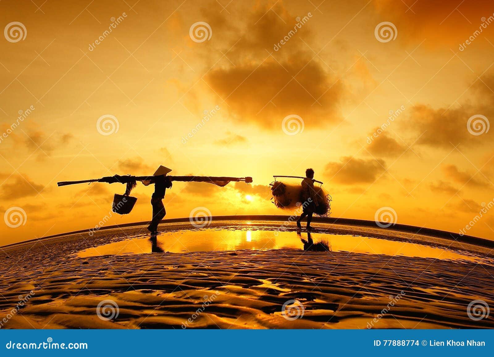 Un Pescador Y Pescadoras En El Delta Del Mekong Foto de archivo