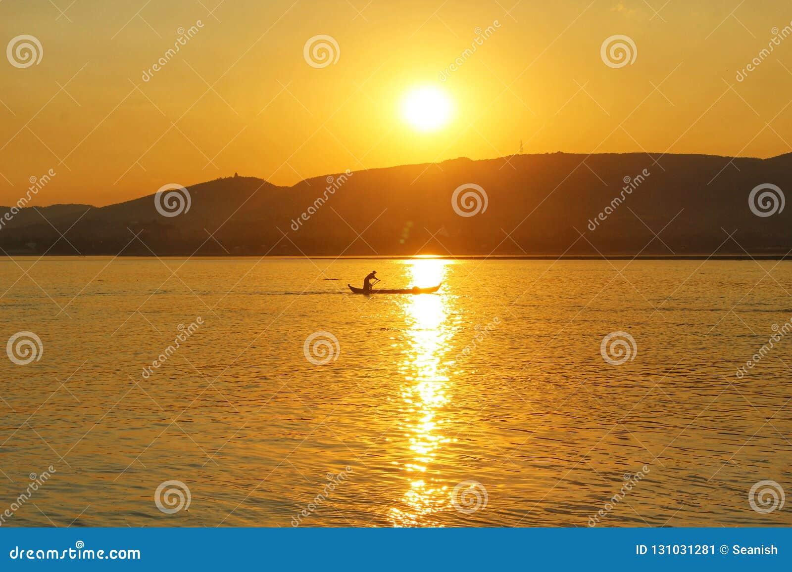 Un pescatore al tramonto sul Irrawaddy