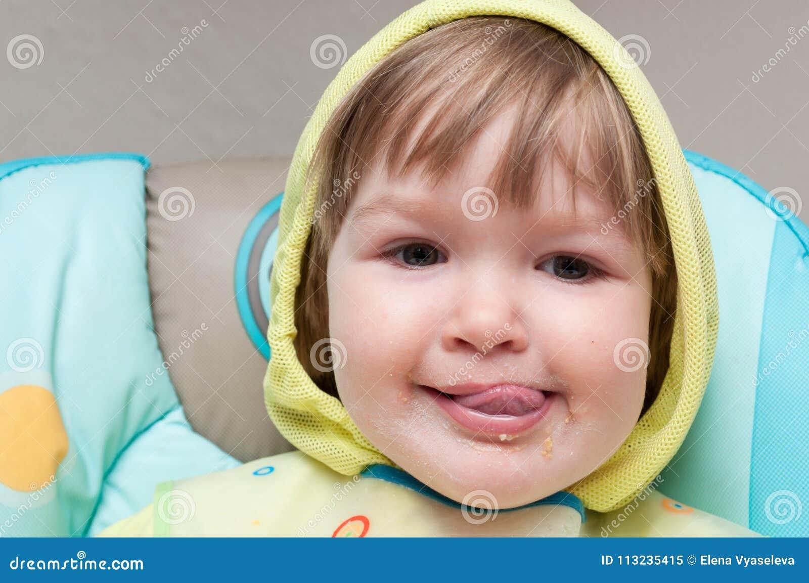 Un petit bébé d un an mange le highchair