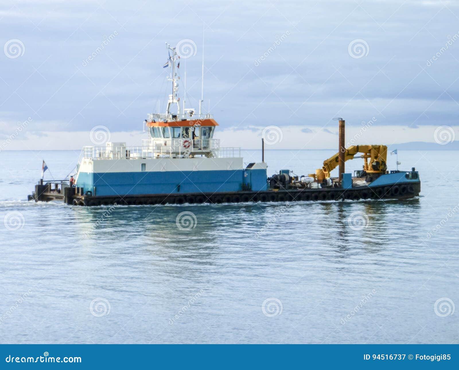 Un petit bateau de service dans un port industriel de for Dans un petit bateau